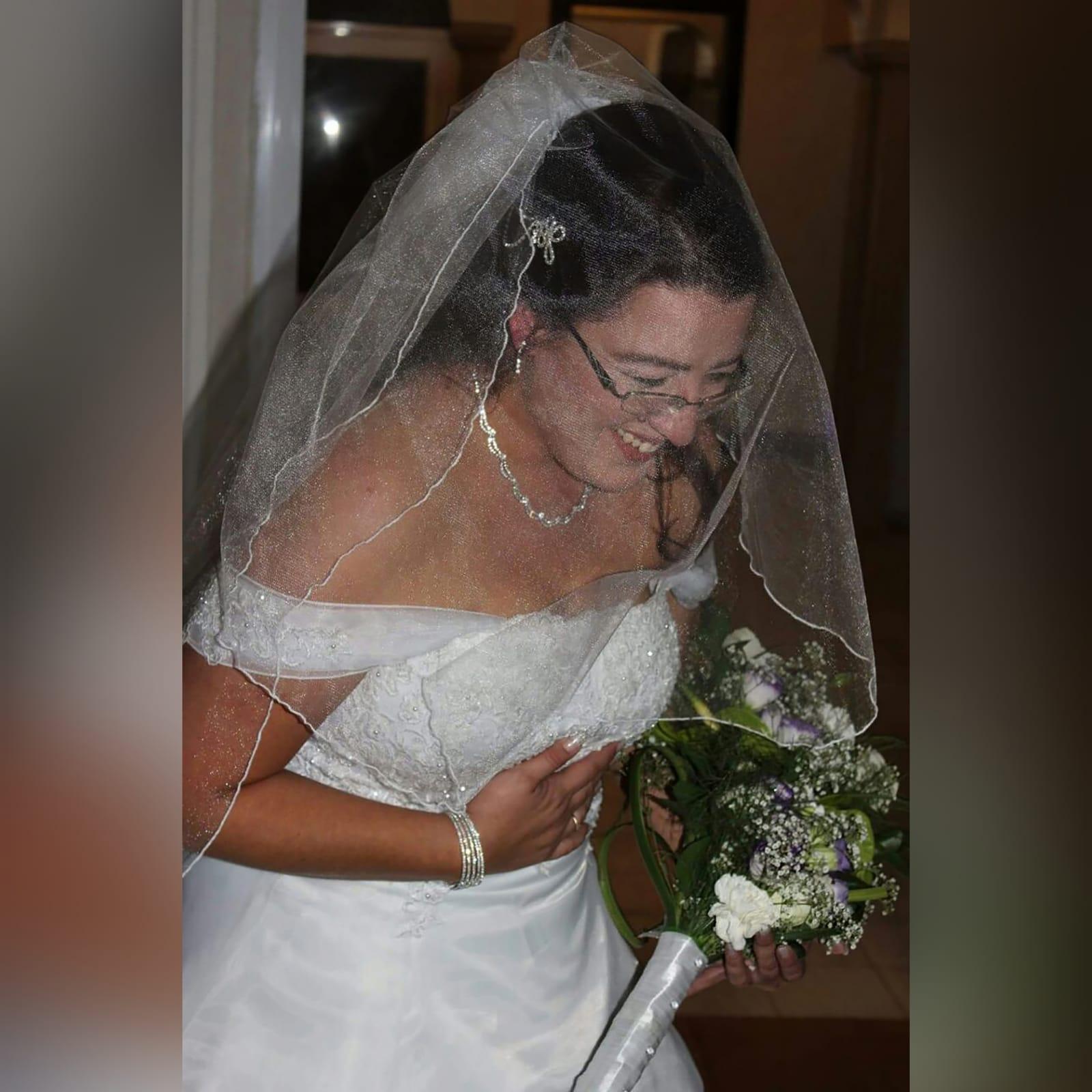 Organza vestido de noiva branco 3 vestido de baile de casamento branco de organza, sem ombros. Corpete detalhado com renda. De costas com cordões. Com um cauda e ombro organza plissada detalhadas com rendas. Com véu.