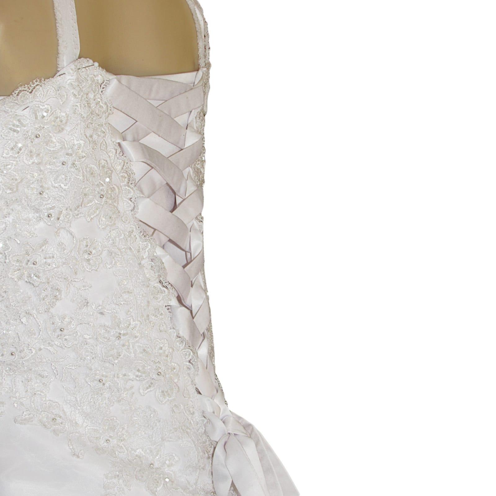 Organza vestido de noiva branco 9 vestido de baile de casamento branco de organza, sem ombros. Corpete detalhado com renda. De costas com cordões. Com um cauda e ombro organza plissada detalhadas com rendas. Com véu.