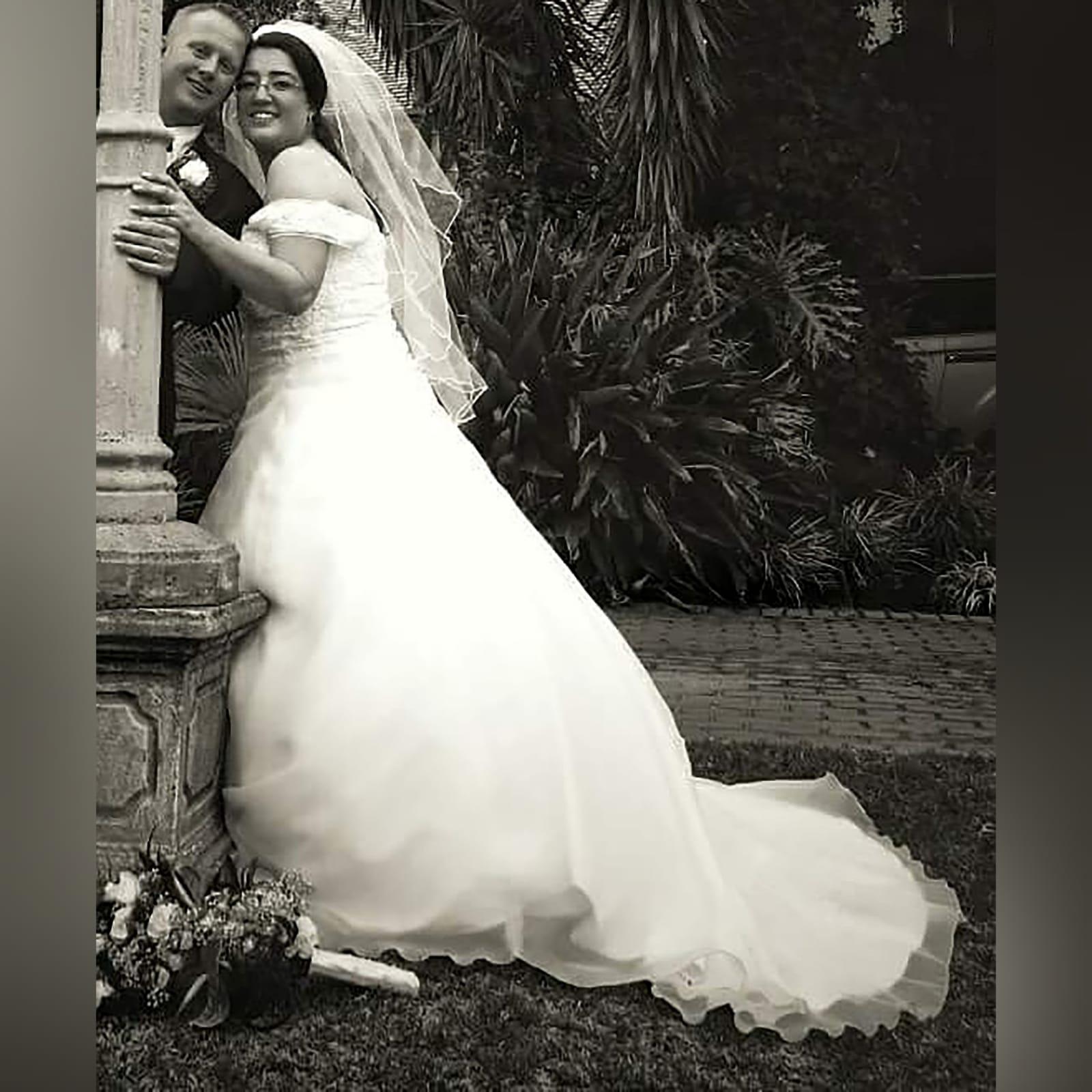 Organza vestido de noiva branco 1 vestido de baile de casamento branco de organza, sem ombros. Corpete detalhado com renda. De costas com cordões. Com um cauda e ombro organza plissada detalhadas com rendas. Com véu.