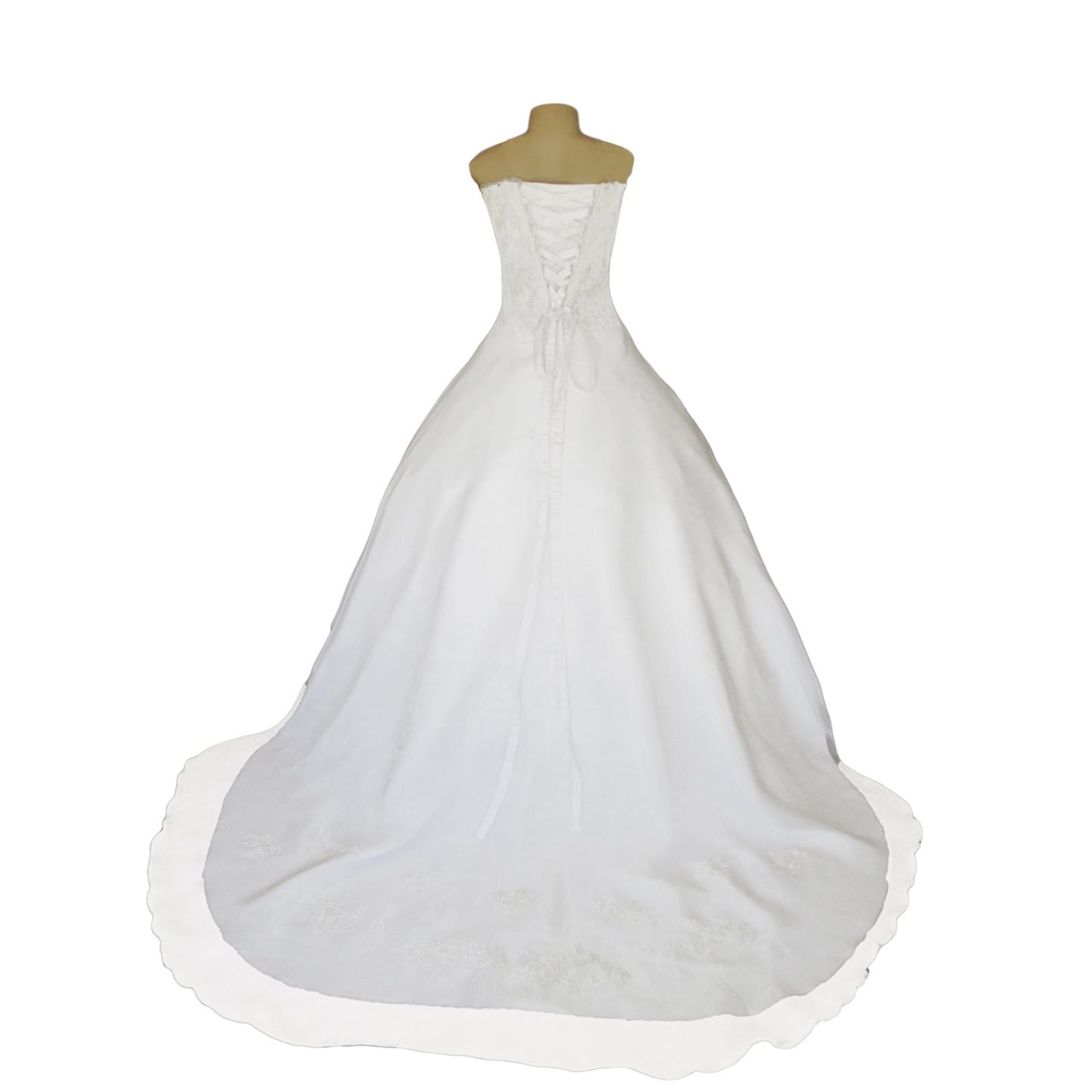 Organza vestido de noiva branco 7 vestido de baile de casamento branco de organza, sem ombros. Corpete detalhado com renda. De costas com cordões. Com um cauda e ombro organza plissada detalhadas com rendas. Com véu.