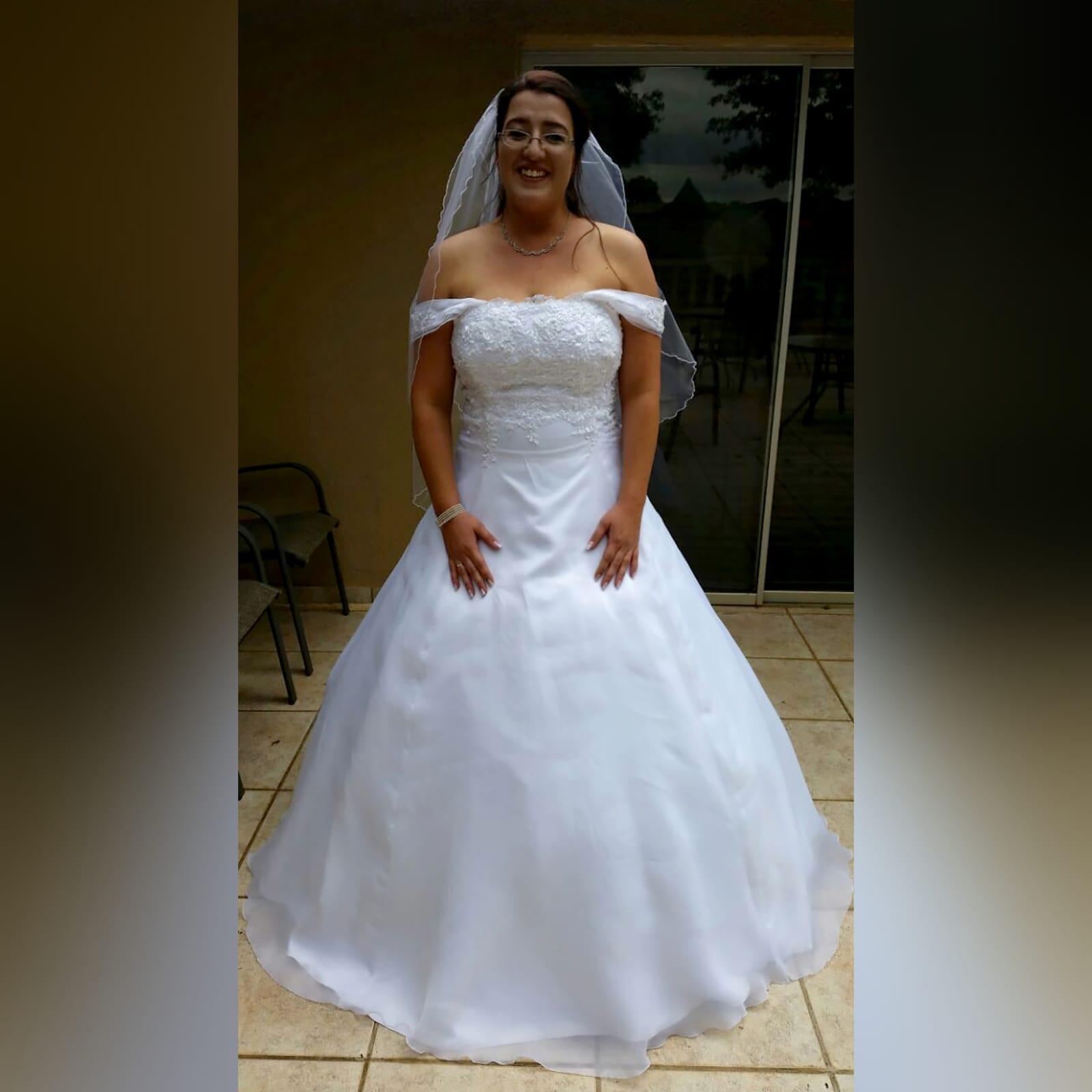 Organza vestido de noiva branco 4 vestido de baile de casamento branco de organza, sem ombros. Corpete detalhado com renda. De costas com cordões. Com um cauda e ombro organza plissada detalhadas com rendas. Com véu.