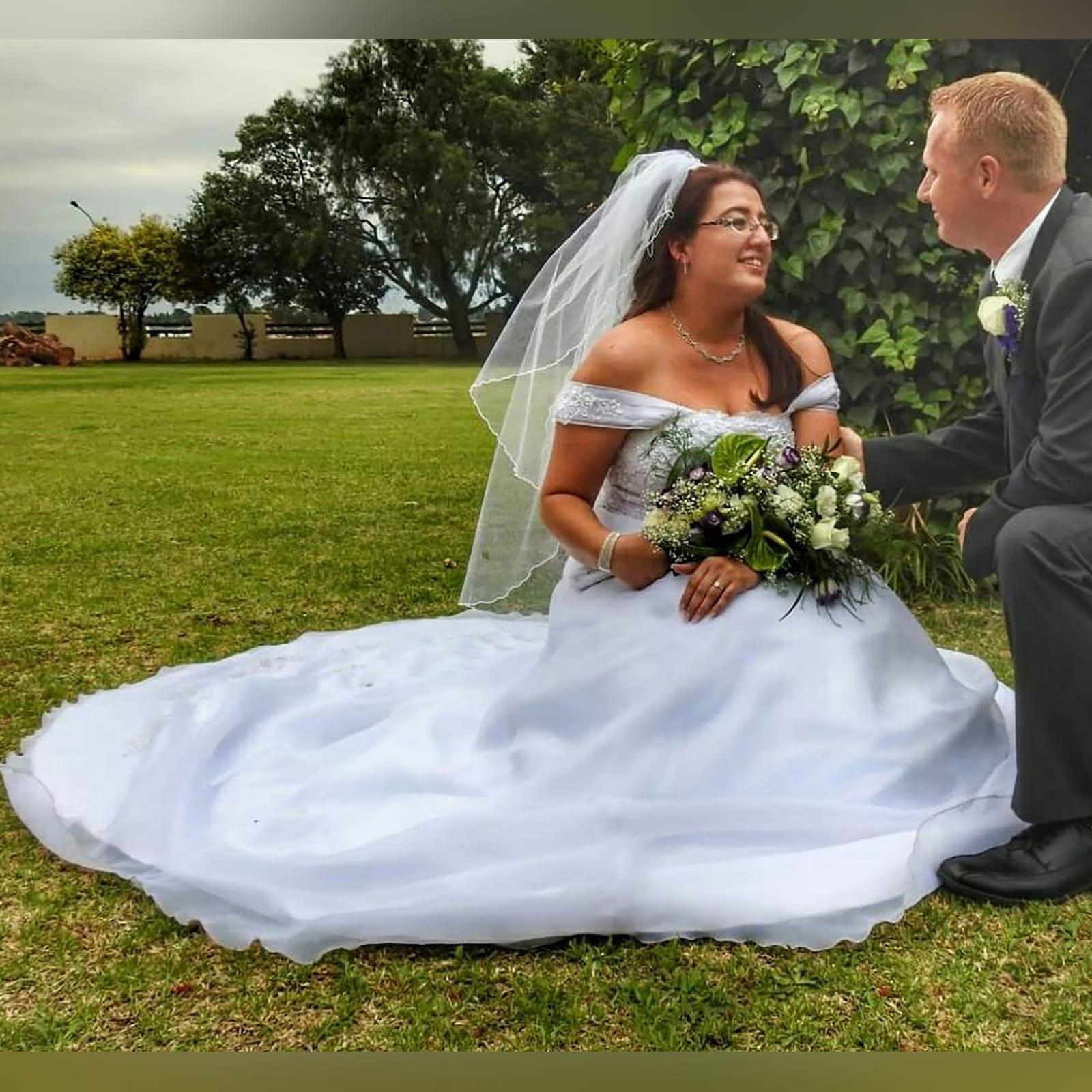 Organza vestido de noiva branco 5 vestido de baile de casamento branco de organza, sem ombros. Corpete detalhado com renda. De costas com cordões. Com um cauda e ombro organza plissada detalhadas com rendas. Com véu.