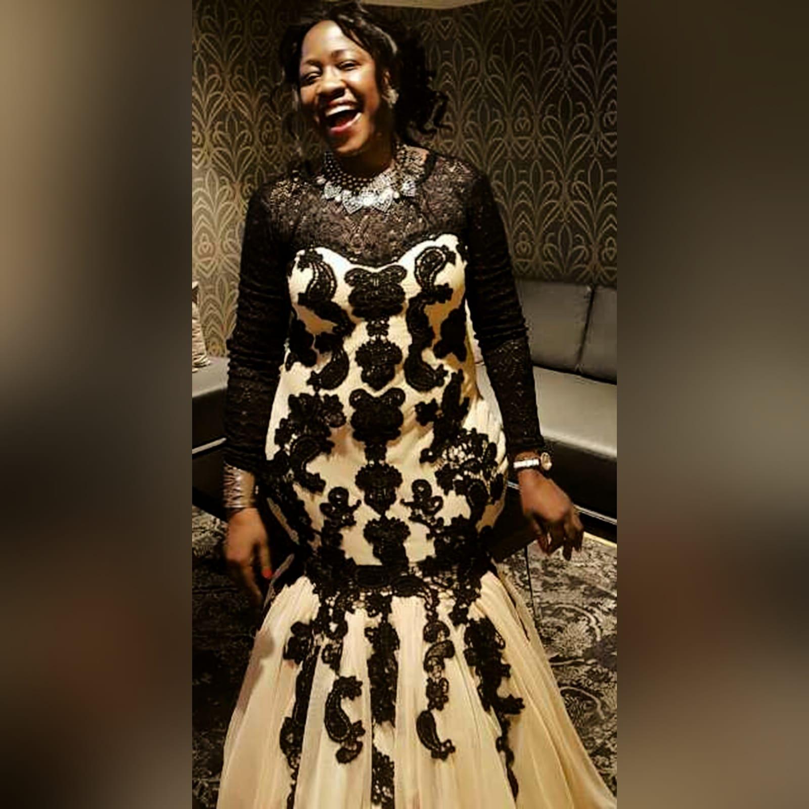 Vestido de gala sereia bege e preto 1 vestido de gala sereia bege e preto. Vestido detalhado com renda preta, decote em renda preta translucida com mangas compridas