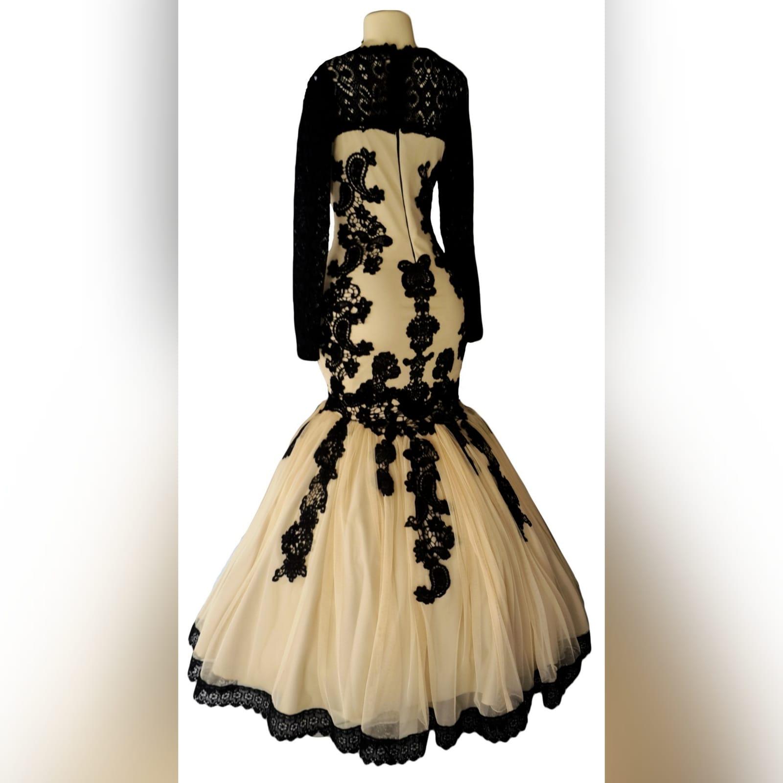 Vestido de gala sereia bege e preto 2 vestido de gala sereia bege e preto. Vestido detalhado com renda preta, decote em renda preta translucida com mangas compridas