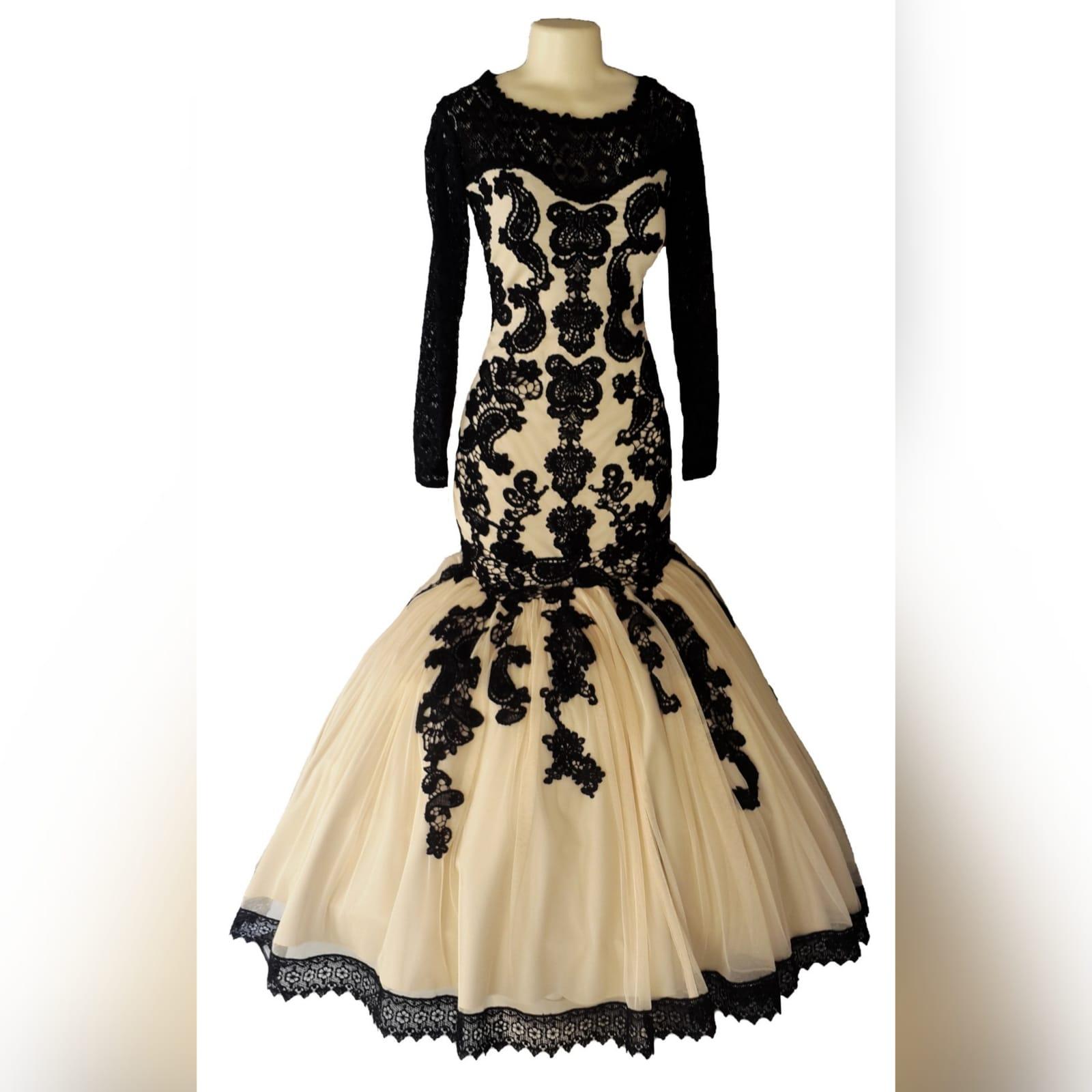 Vestido de gala sereia bege e preto 3 vestido de gala sereia bege e preto. Vestido detalhado com renda preta, decote em renda preta translucida com mangas compridas