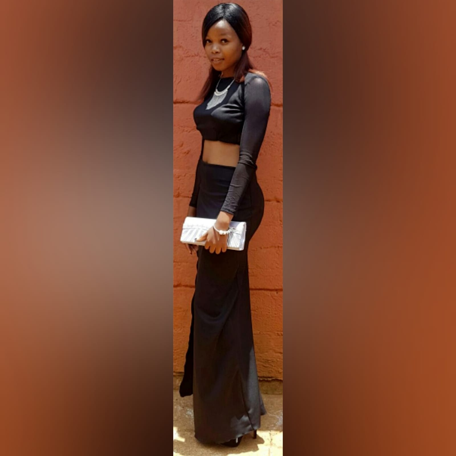 Vestido casual preto de 2 peças 2 vestido casual preto de 2 peças, com um top curto com mangas de malha translúcidas longas, com uma saia longa de lápis com uma racha