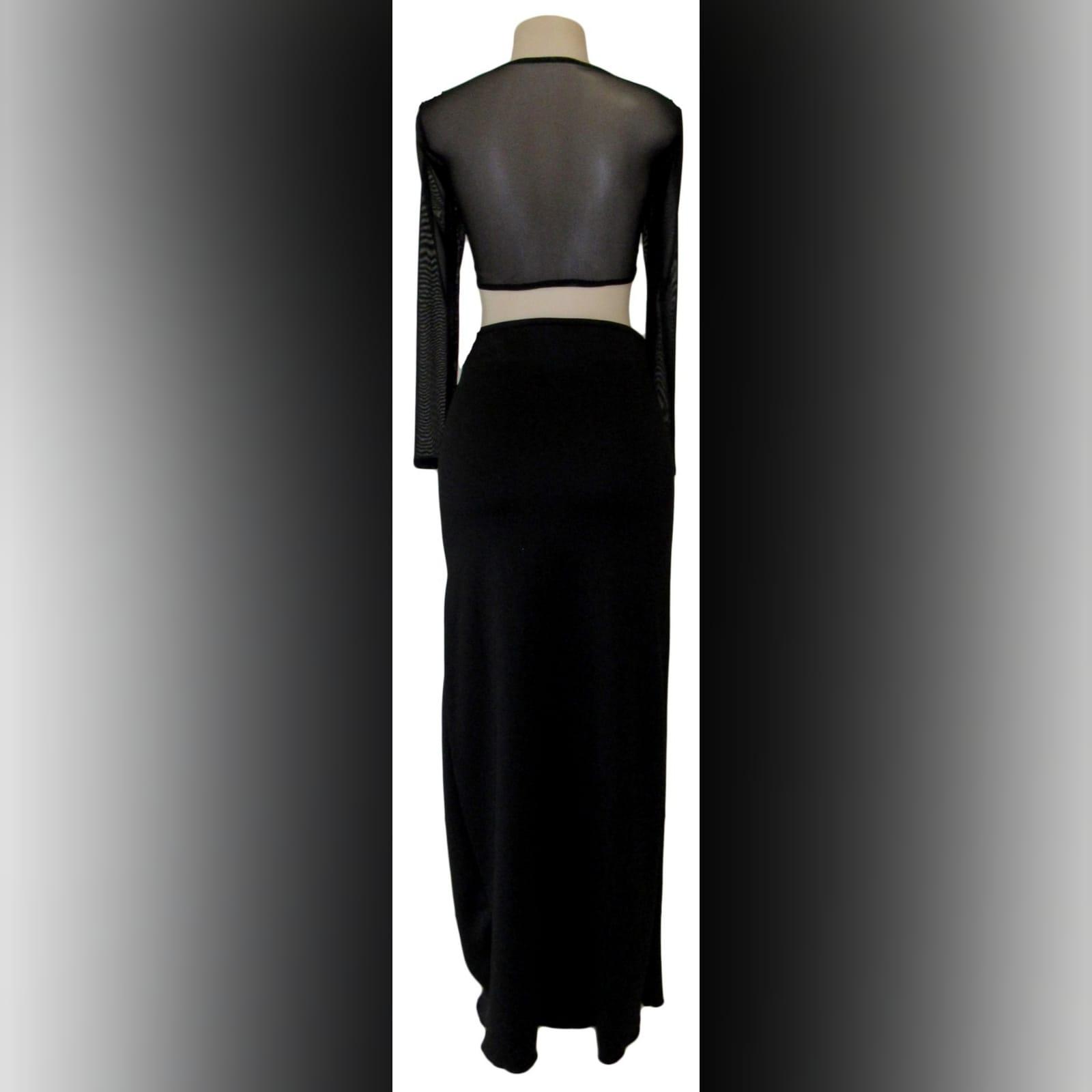 Vestido casual preto de 2 peças 6 vestido casual preto de 2 peças, com um top curto com mangas de malha translúcidas longas, com uma saia longa de lápis com uma racha