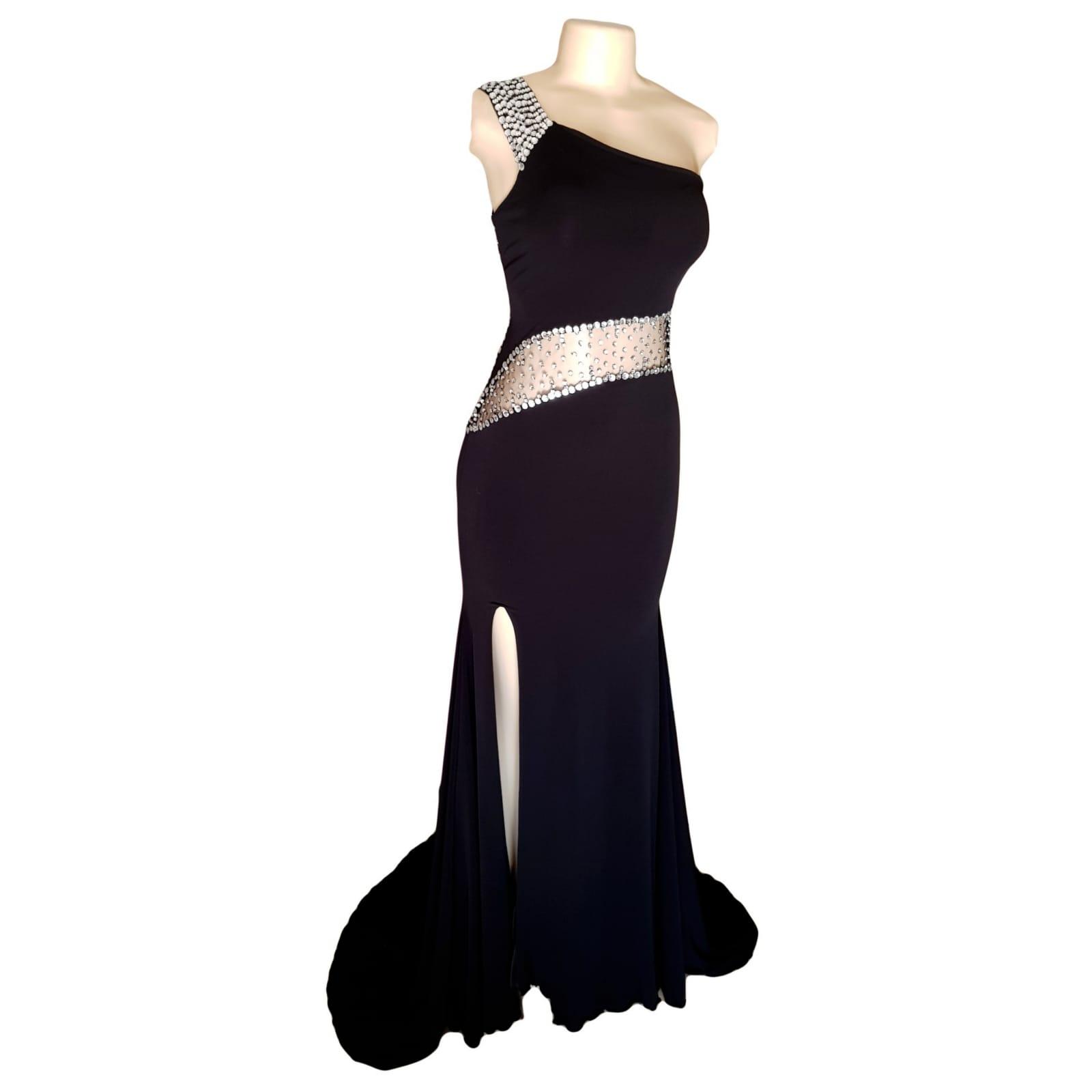 Vestido de finalistas preto e prateado 6 vestido de finalistas preto e prateado com design de ombro único, barriga de ilusão em ângulo e costas de ilusão detalhadas com brilhantes prateadas. Com uma racha e uma cauda.