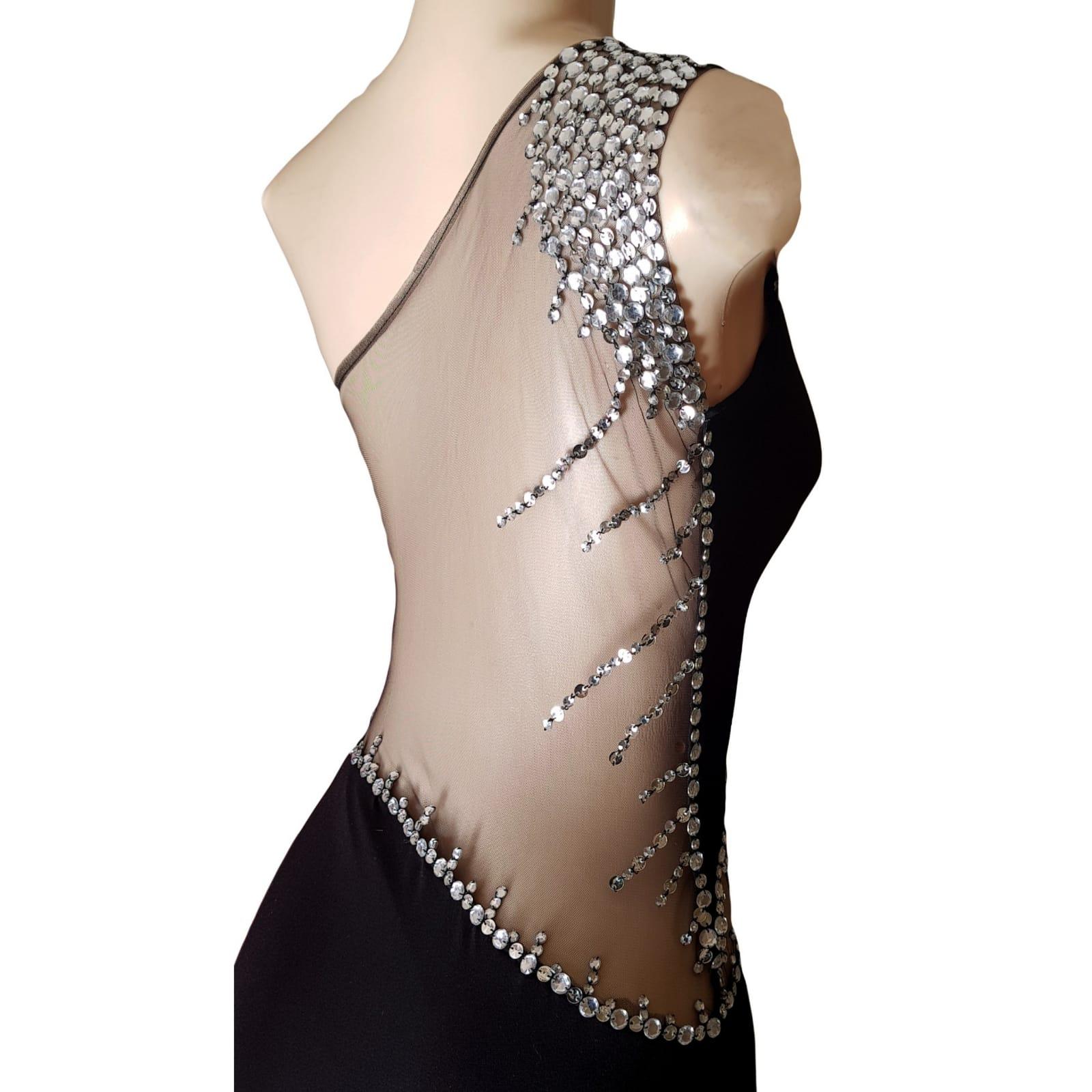 Vestido de finalistas preto e prateado 4 vestido de finalistas preto e prateado com design de ombro único, barriga de ilusão em ângulo e costas de ilusão detalhadas com brilhantes prateadas. Com uma racha e uma cauda.
