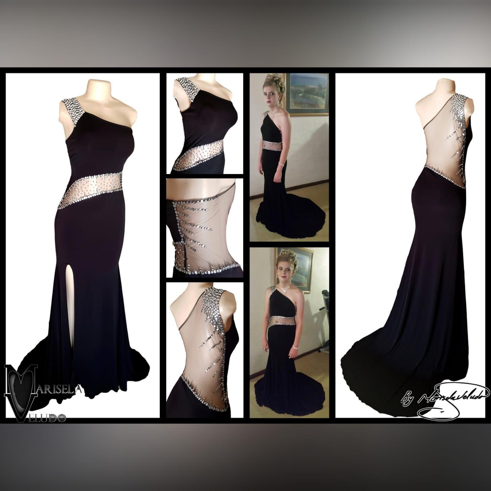 Vestido de finalistas preto e prateado 9 vestido de finalistas preto e prateado com design de ombro único, barriga de ilusão em ângulo e costas de ilusão detalhadas com brilhantes prateadas. Com uma racha e uma cauda.
