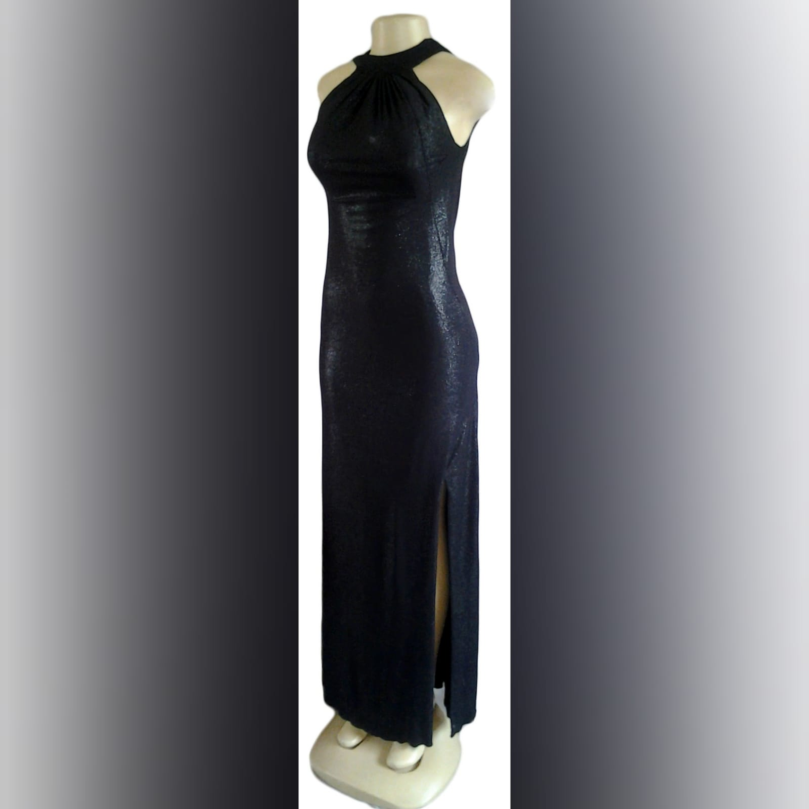 Vestido de noite preto brilhante longo 2 vestido de noite preto brilhante longo, com decote da frente recolhido, e um baixo cowl neck aberto na parte de trás, com uma fenda lateral.