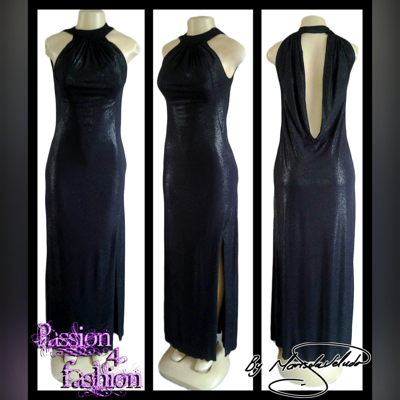 Vestido de noite preto brilhante longo 3 vestido de noite preto brilhante longo, com decote da frente recolhido, e um baixo cowl neck aberto na parte de trás, com uma fenda lateral.