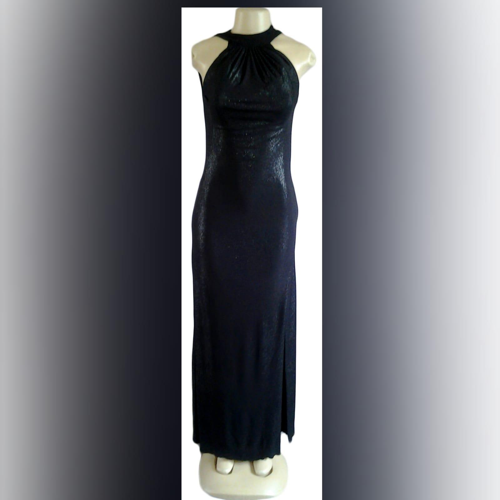 Vestido de noite preto brilhante longo 4 vestido de noite preto brilhante longo, com decote da frente recolhido, e um baixo cowl neck aberto na parte de trás, com uma fenda lateral.