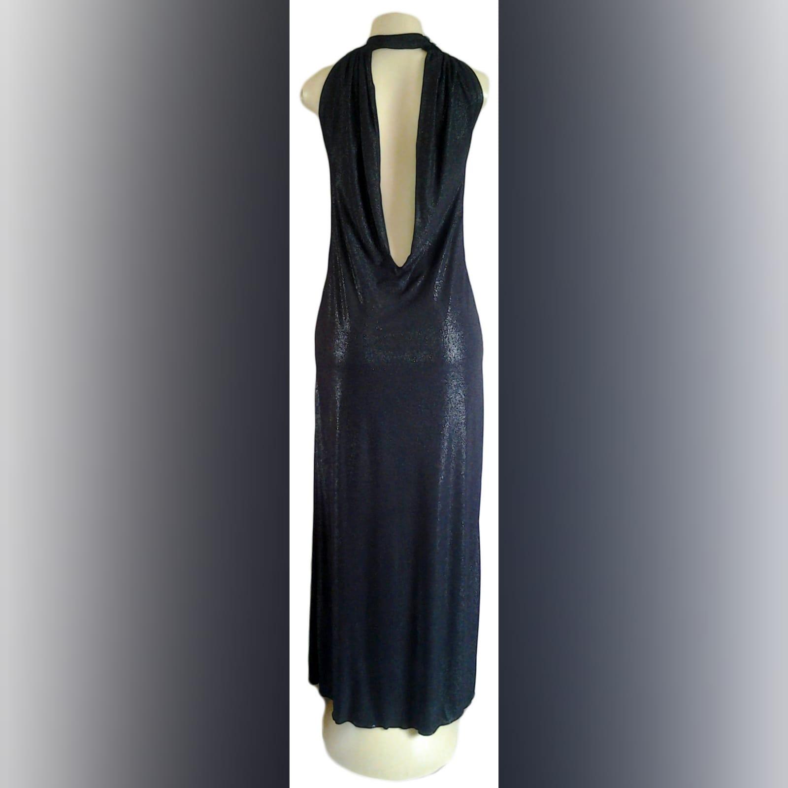 Vestido de noite preto brilhante longo 1 vestido de noite preto brilhante longo, com decote da frente recolhido, e um baixo cowl neck aberto na parte de trás, com uma fenda lateral.