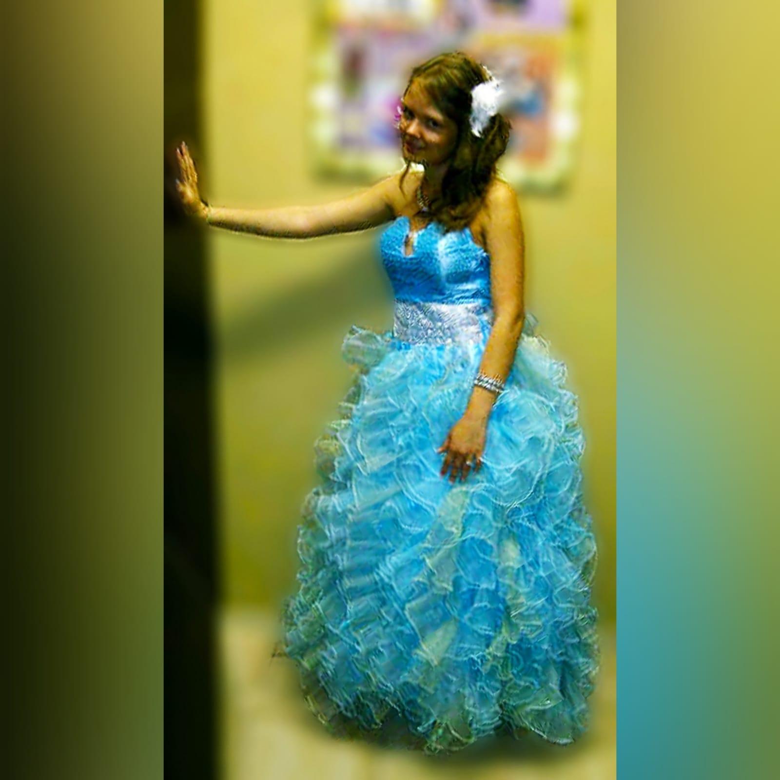 Vestido de finalistas princesa 3 cores 4 vestido de finalistas princesa 3 cores. Corpete com pedraria espalhada, com um cinto prateado largo, fundo completamente de folhos.