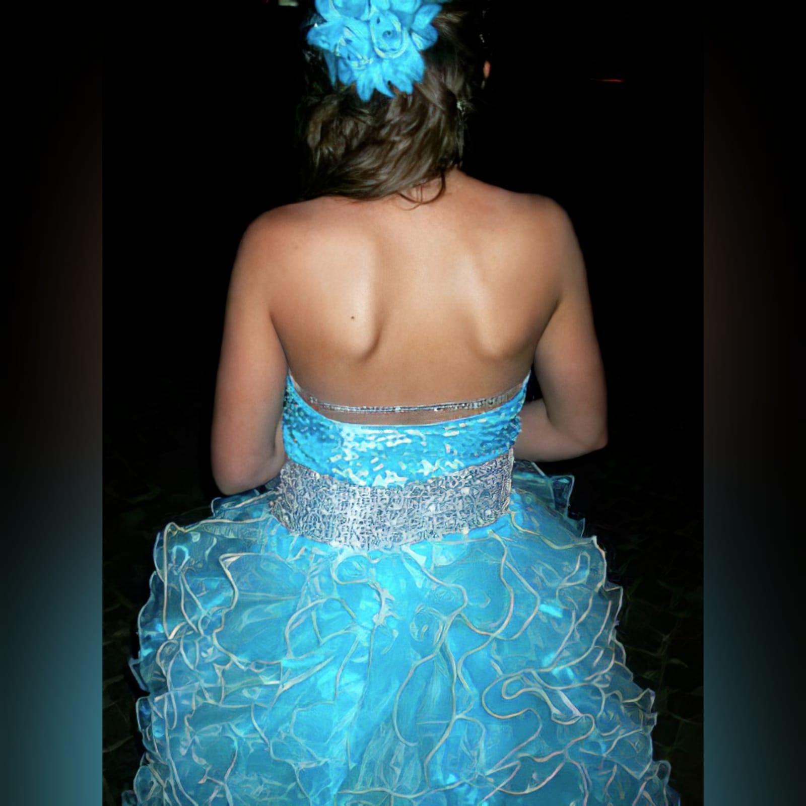 Vestido de finalistas princesa 3 cores 5 vestido de finalistas princesa 3 cores. Corpete com pedraria espalhada, com um cinto prateado largo, fundo completamente de folhos.