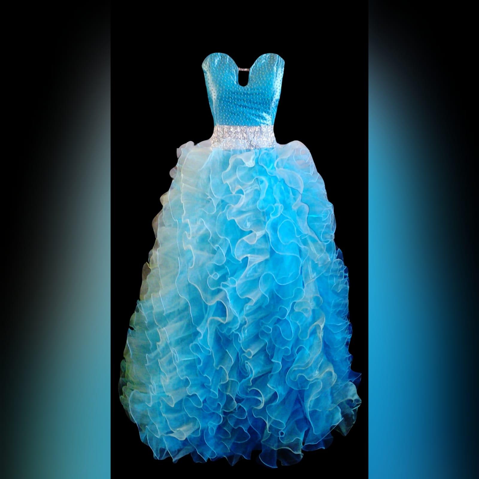 Vestido de finalistas princesa 3 cores 6 vestido de finalistas princesa 3 cores. Corpete com pedraria espalhada, com um cinto prateado largo, fundo completamente de folhos.