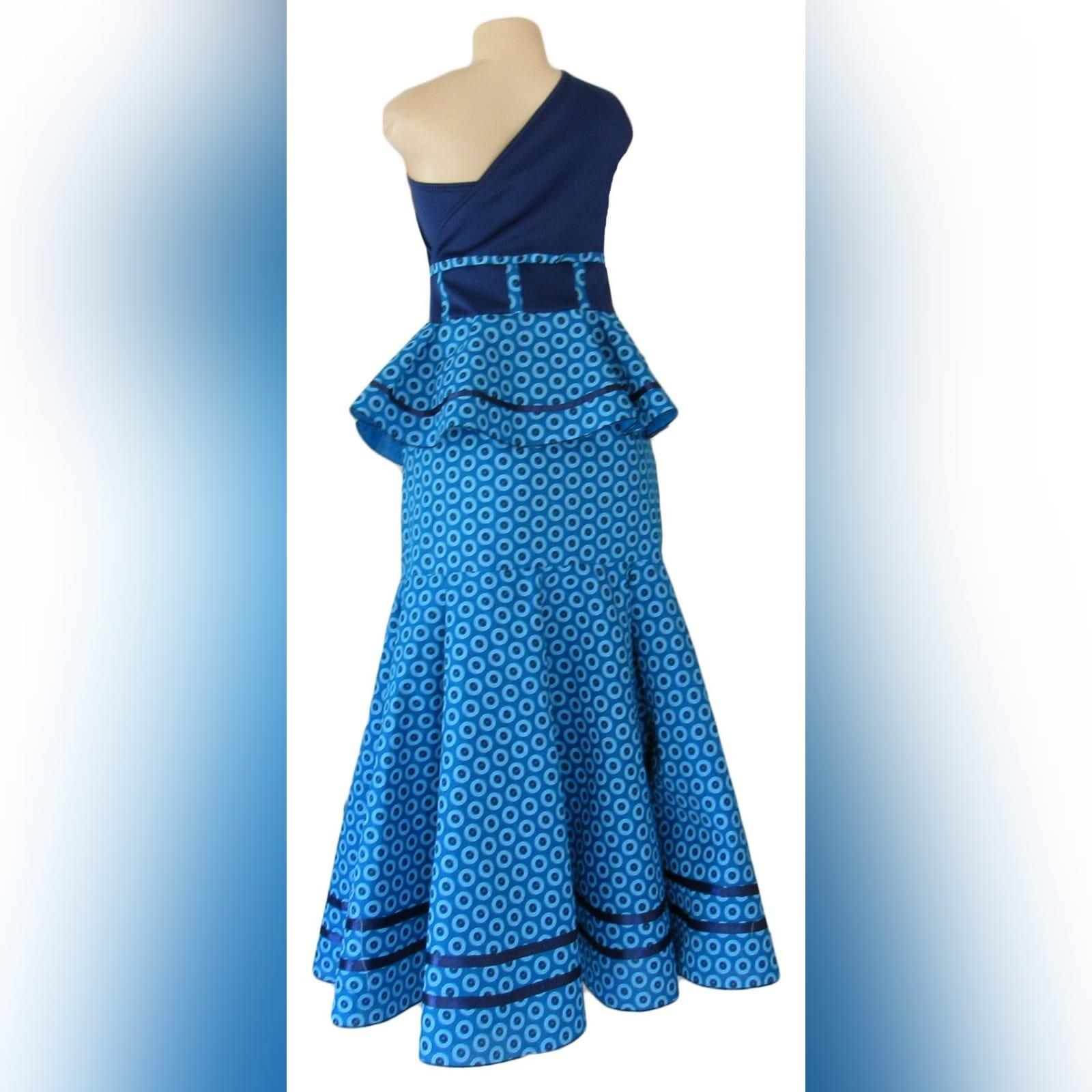 Vestido azul africano tradicional moderno e familia 4 vestido moderno de shweshwe azul, tradicional sul-africano com um design de um ombro, efeito de cinto e um folho. Com vestido de meninas combinando e camisa de homem combinando.