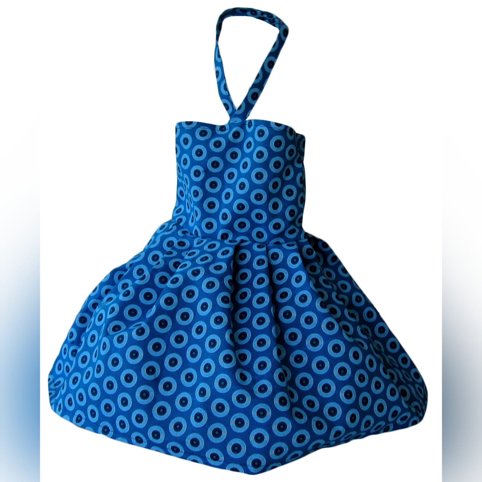 Vestido azul africano tradicional moderno e familia 5 vestido moderno de shweshwe azul, tradicional sul-africano com um design de um ombro, efeito de cinto e um folho. Com vestido de meninas combinando e camisa de homem combinando.