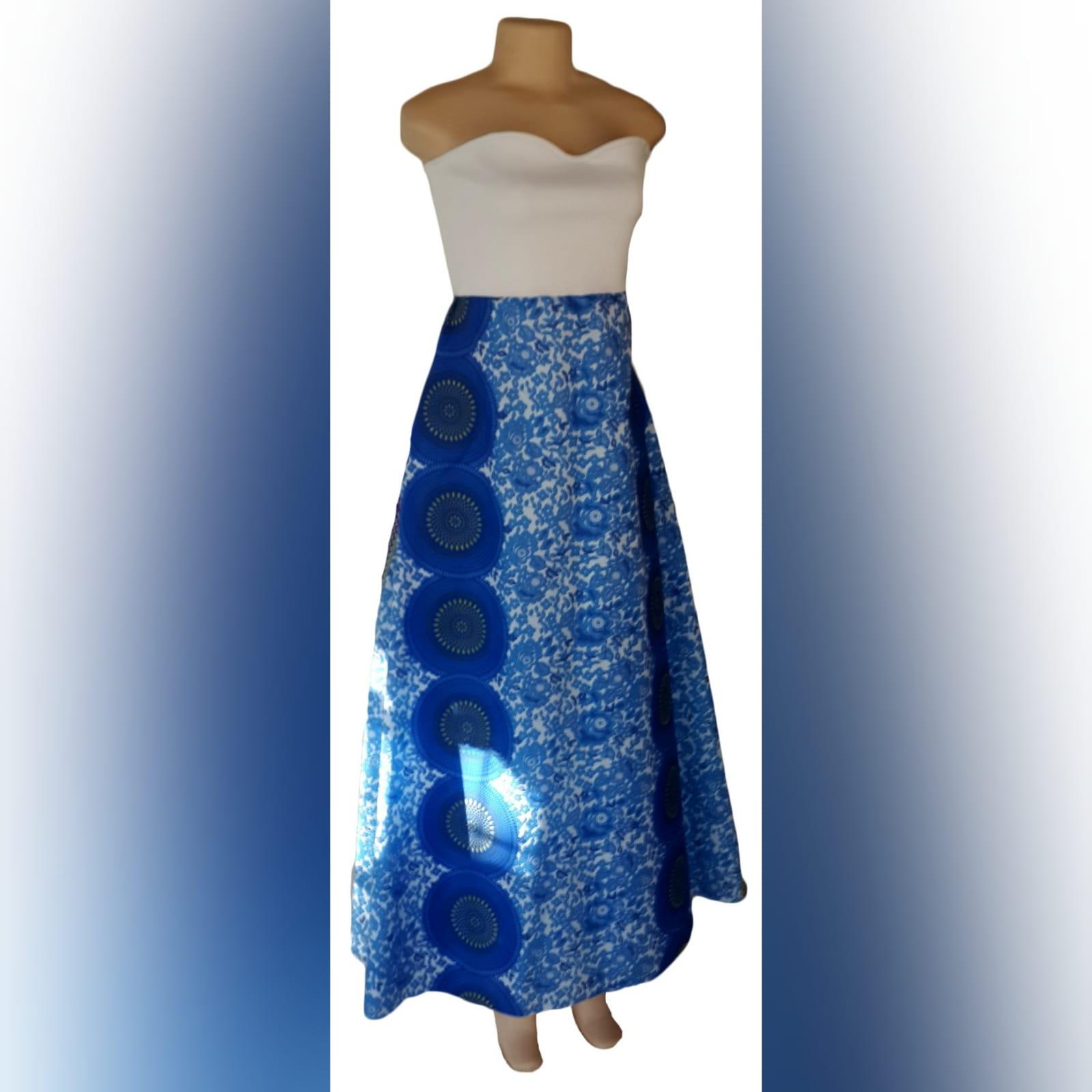Vestido africano tradicional longo moderno 4 vestido africano tradicional longo moderno sul-africano azul e branco sem ombros com um corpete branco.