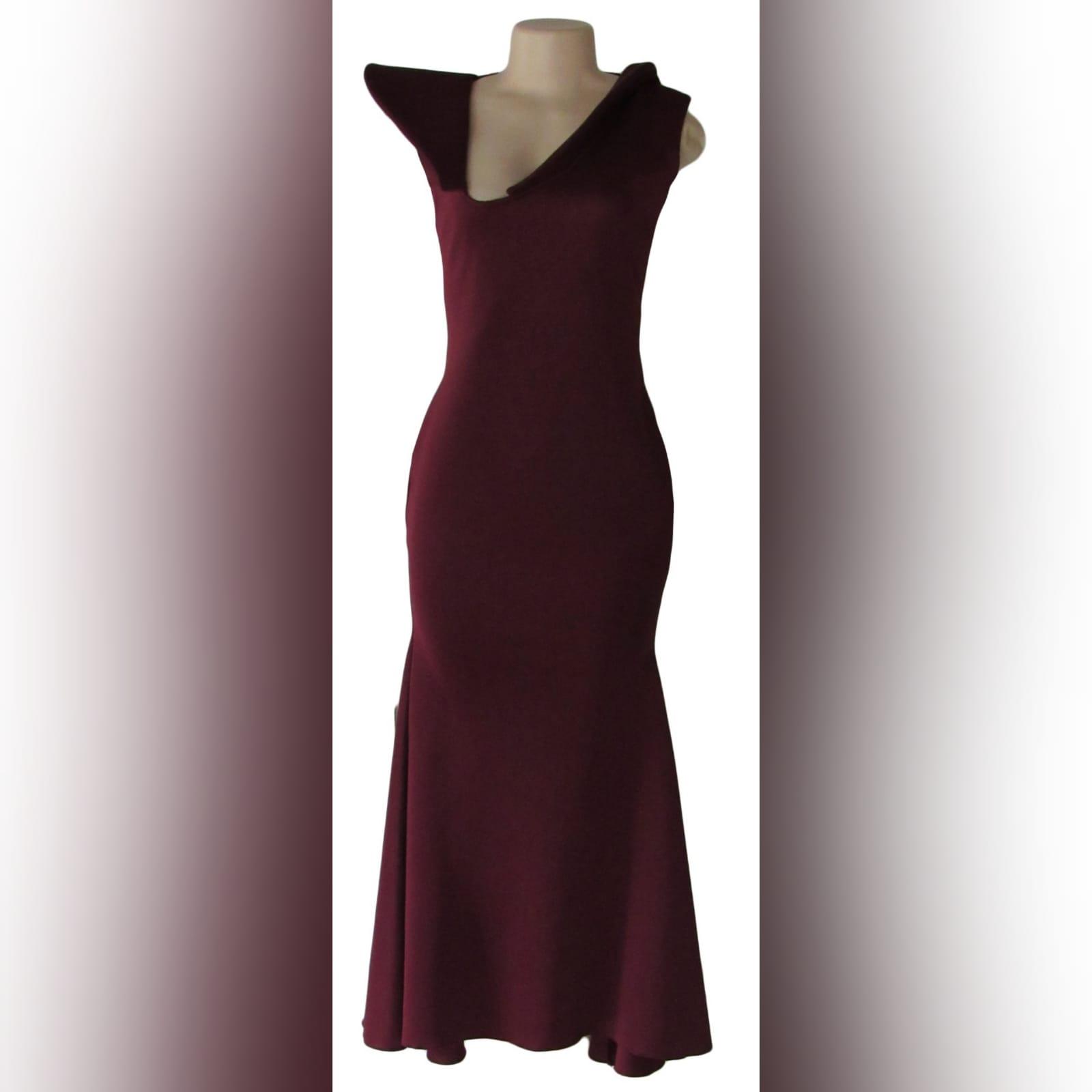 Vestido de dama de honra cor bordeaux justo 2 vestido de dama de honra cor bordeaux justo, com um design decote v angular. Com costas abertas detalhadas com tiras de lantejoulas