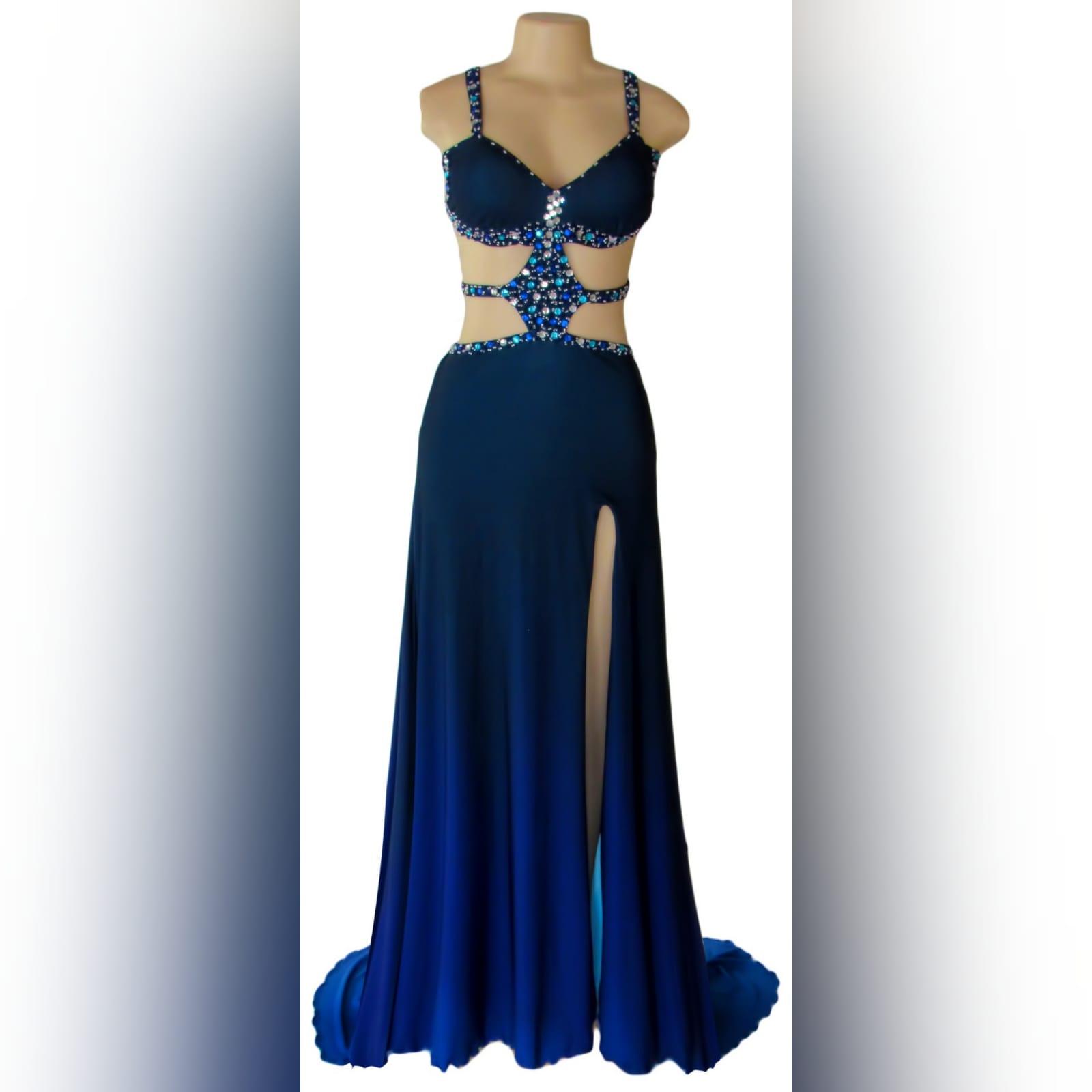 Vestido de finalista sexy azul com pedras 4 vestido de finalista sexy azul com pedras. Com uma racha e uma cauda. Com aberturas na barriga e nas costas detalhadas com pedras prateadas, azuis e turquesa. Vestido com vários tons de azul.