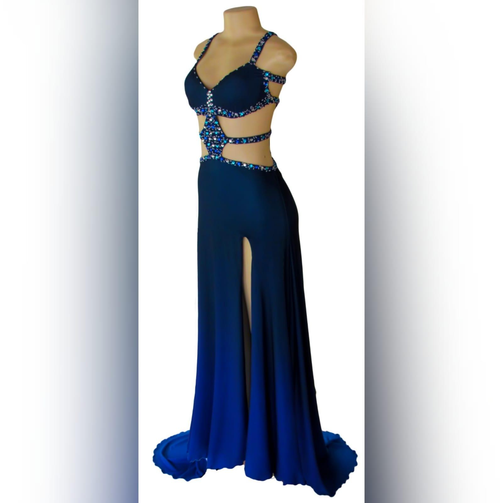 Vestido de finalista sexy azul com pedras 8 vestido de finalista sexy azul com pedras. Com uma racha e uma cauda. Com aberturas na barriga e nas costas detalhadas com pedras prateadas, azuis e turquesa. Vestido com vários tons de azul.