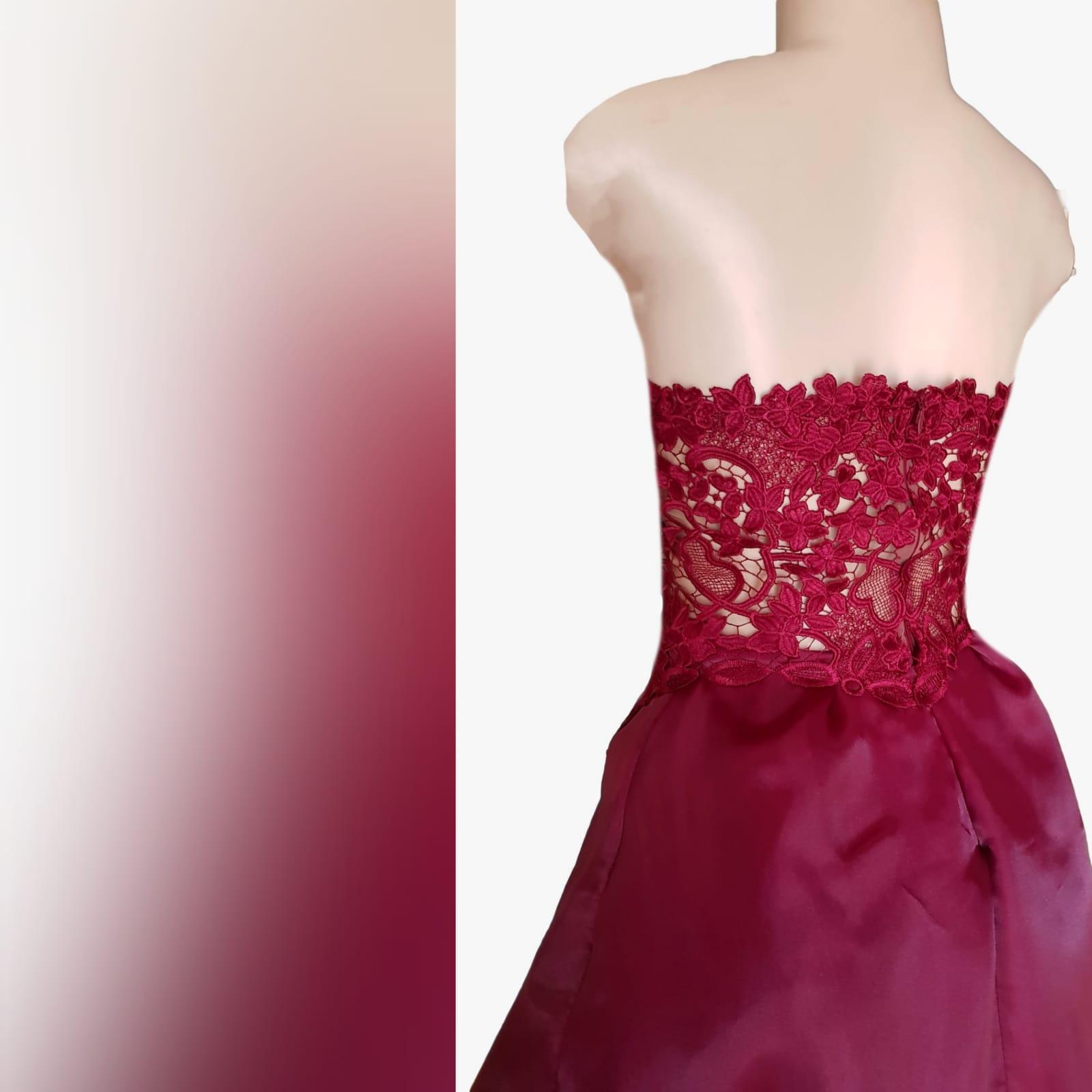 Vestido de finalistas vermelho escuro 5 o vestido de finalistas vermelho escuro perfeito para a sua noite de finalistas, se você quiser um visual chic, mas adorável. Com um corpete de renda e um fundo de duas camadas alto-baixo esvoaçante para um efeito dramático.