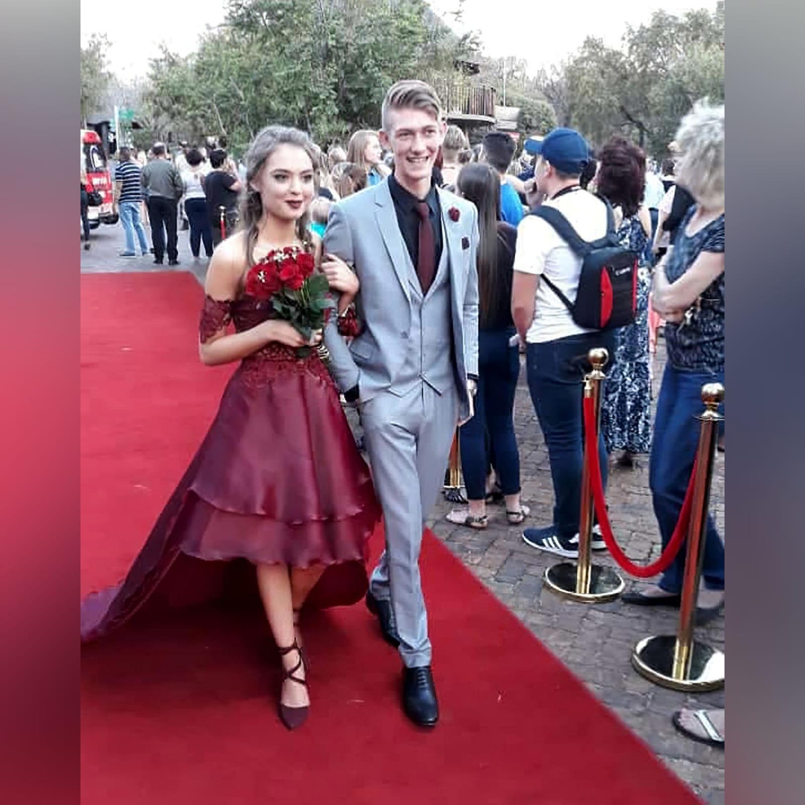 Vestido de finalistas vermelho escuro 1 o vestido de finalistas vermelho escuro perfeito para a sua noite de finalistas, se você quiser um visual chic, mas adorável. Com um corpete de renda e um fundo de duas camadas alto-baixo esvoaçante para um efeito dramático.