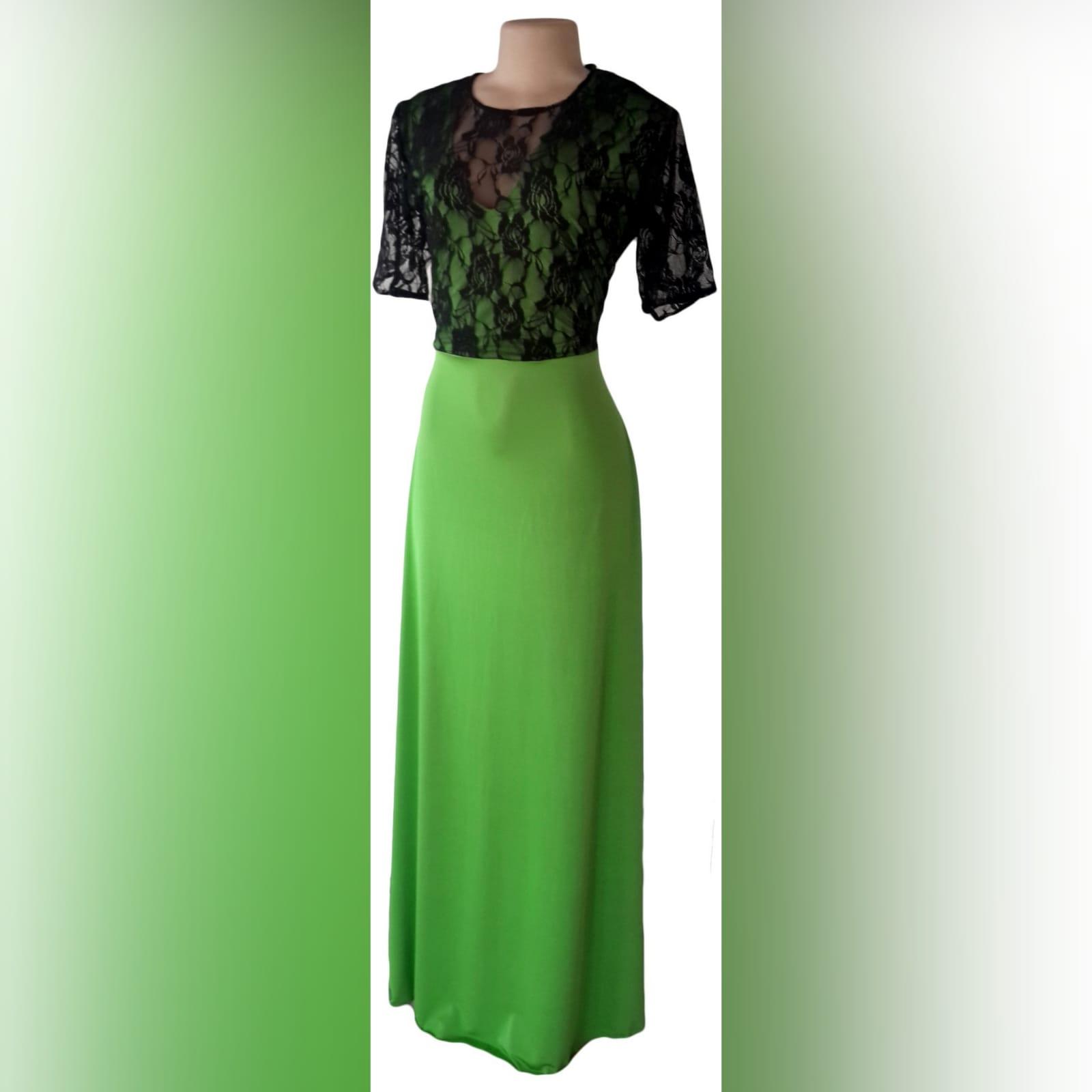Vestidos de dama de honra verde e preto 4 vestidos de dama de honra verde e preto. Corpete com uma sobreposição de renda preta.