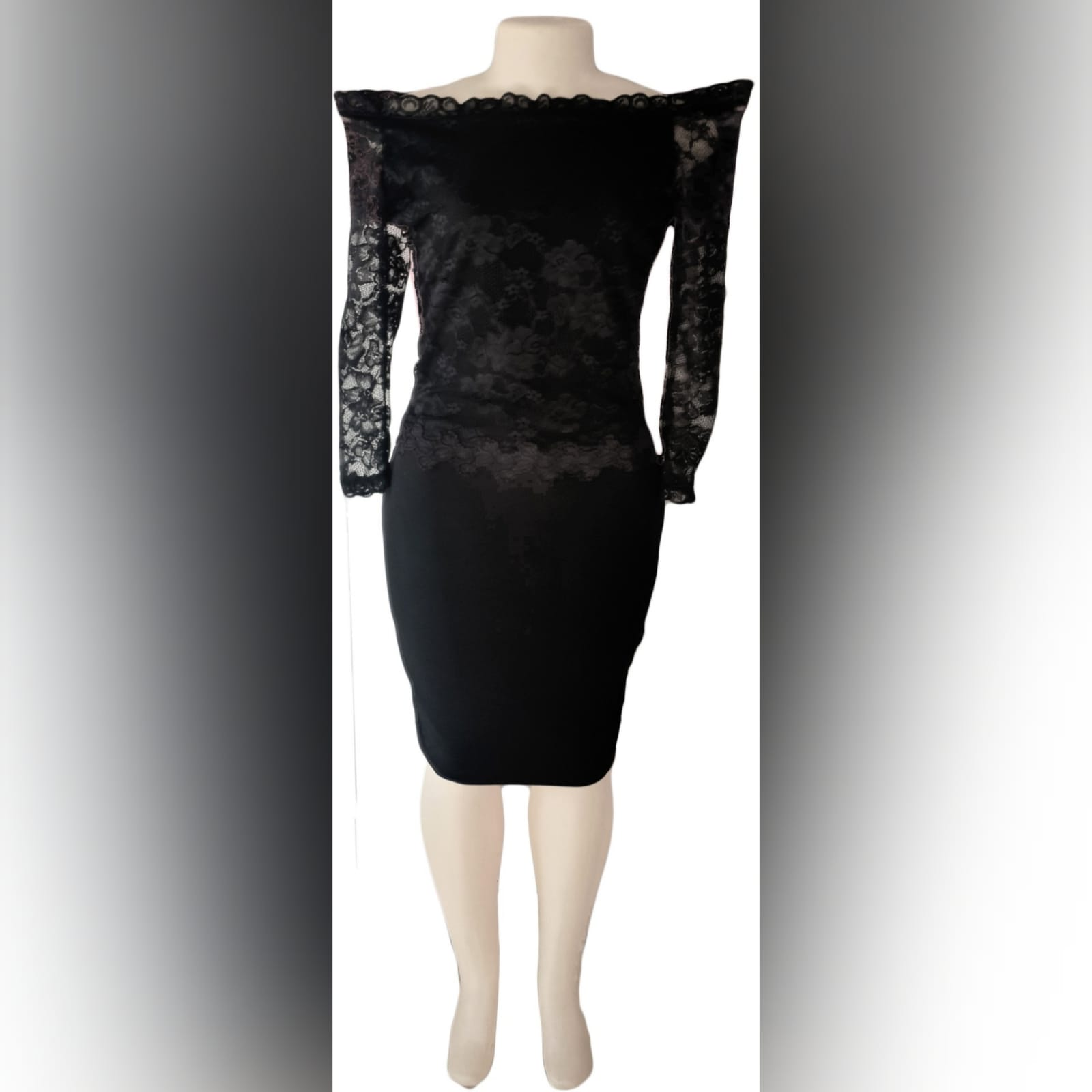 Vestido curto preto chic 2 vestido curto preto chic na altura do joelho. Com um corpete de renda elástica, fora de ombro, com longas mangas de renda translucida.