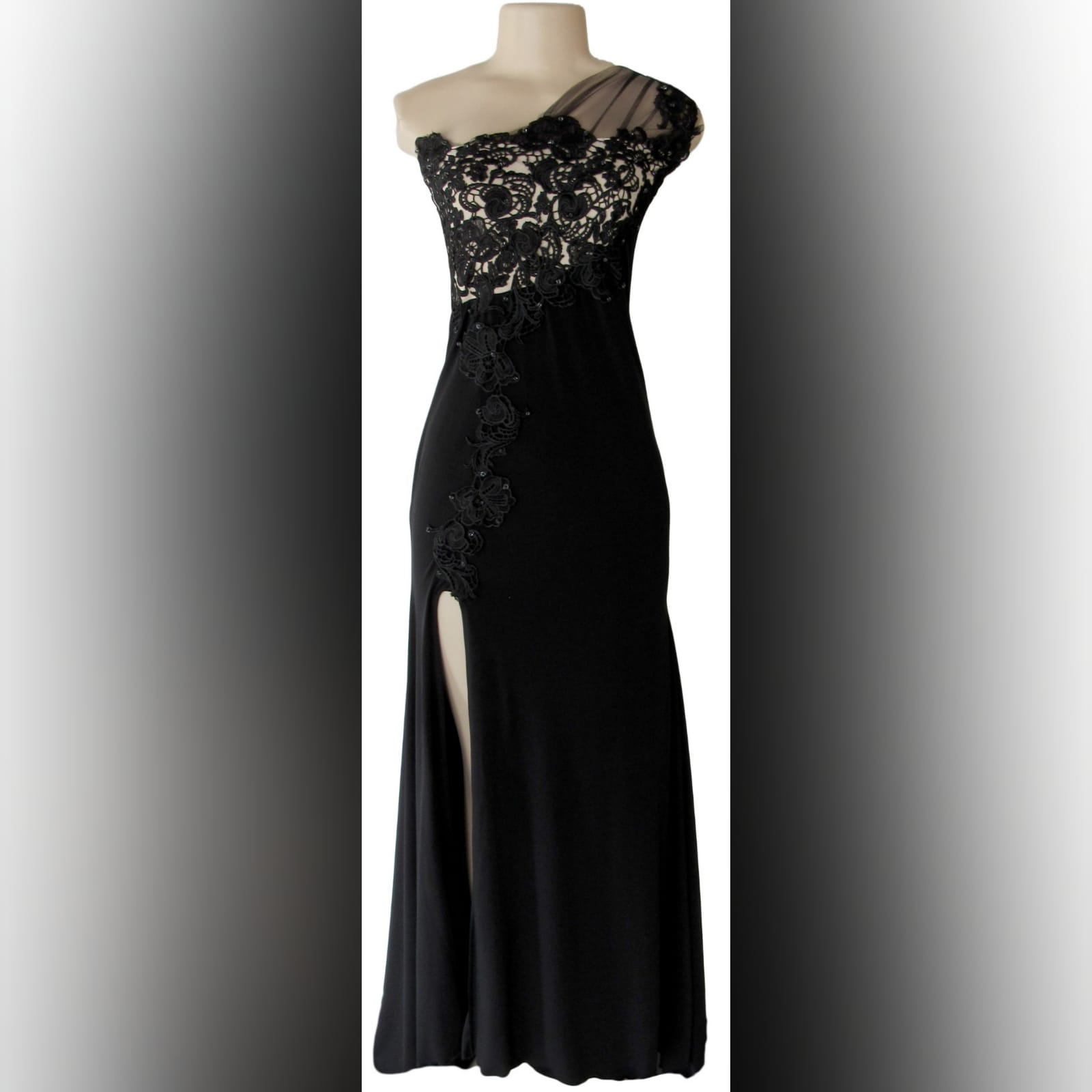 Long black evening dress with lace 1 single shoulder, lace bodice long black evening dress. With a slit and a train