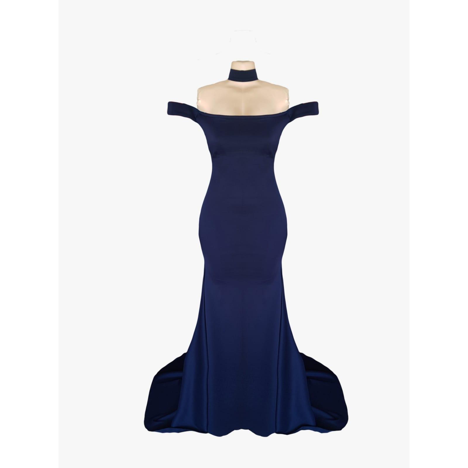 Simples vestido de noite azul-marinho chic e sexy 5 a criação de um simples vestido de noite azul-marinho chic e sexy para a noite especial de chloe. Com o design fora do ombro de tendências, um toque de sensualidade com as costas abertas e um trem para criar uma entrada sofisticada e importante em sua ocasião de noite.