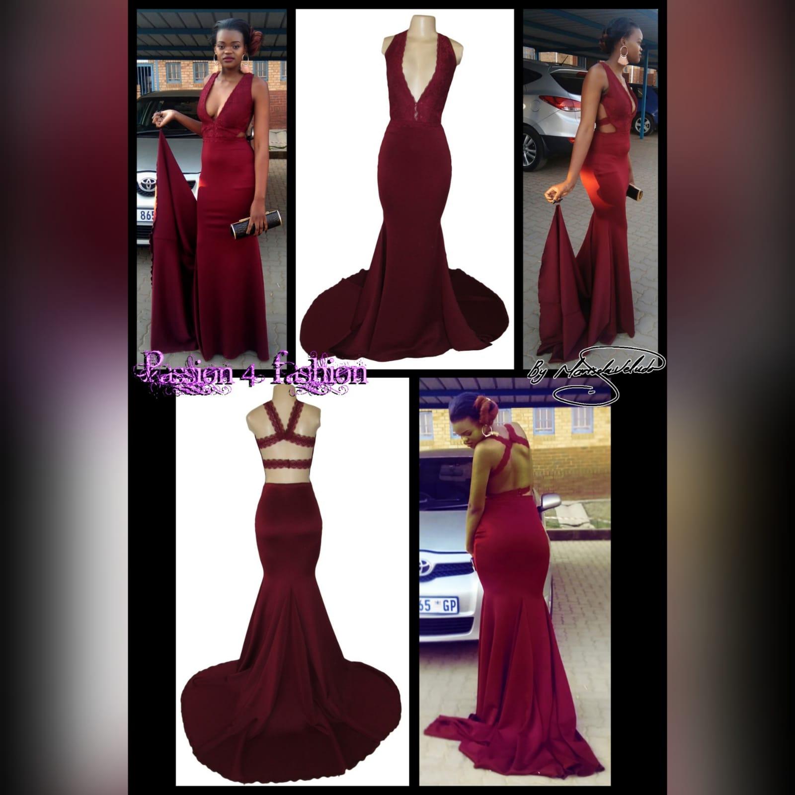 Vestido de finalistas sereia suave cor vinho 5 vestido de finalistas sereia suave cor vinho, com corpete de renda, decote profundo, com uma cauda e uma abertura nas costas detalhada com tiras de renda.