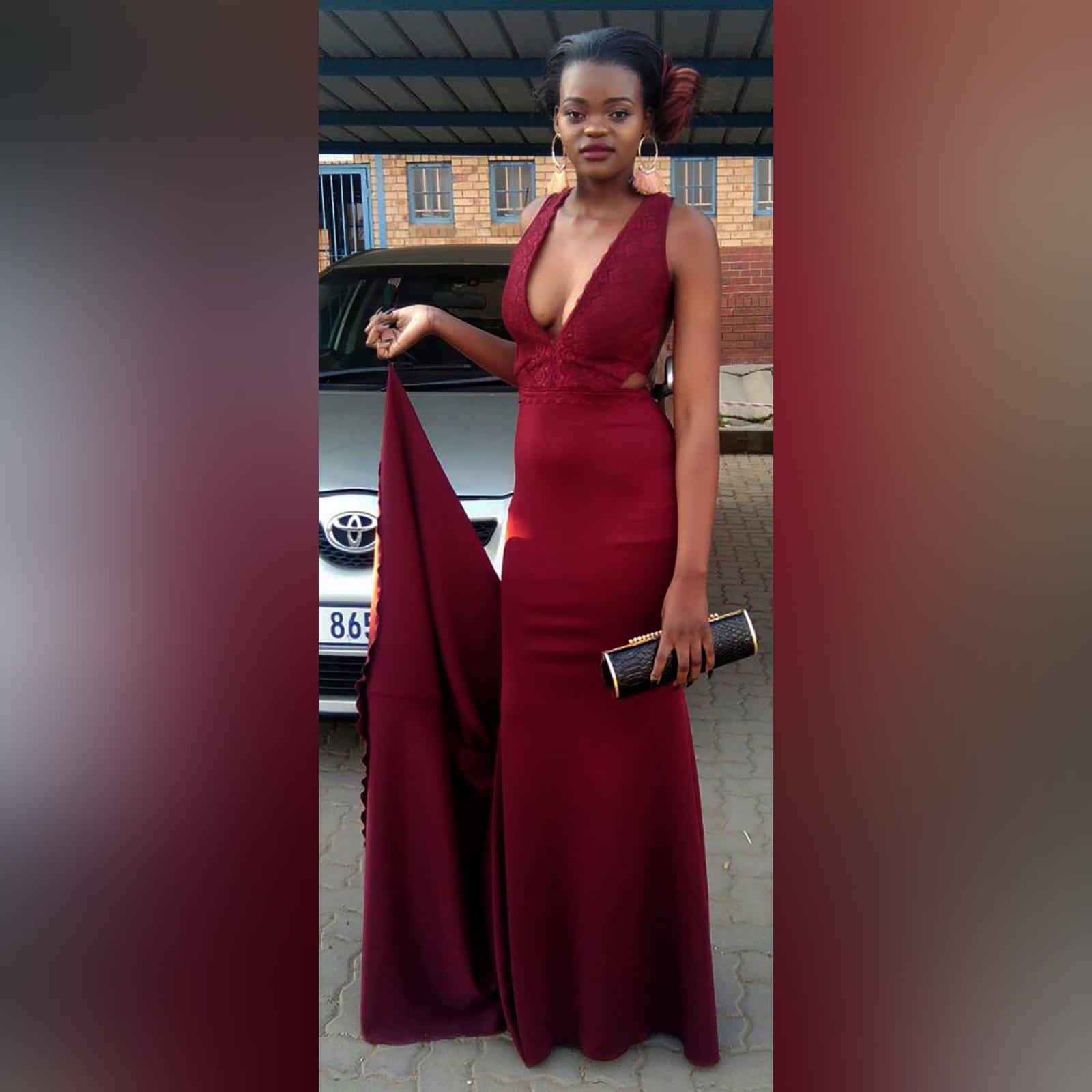 Vestido de finalistas sereia suave cor vinho 1 vestido de finalistas sereia suave cor vinho, com corpete de renda, decote profundo, com uma cauda e uma abertura nas costas detalhada com tiras de renda.