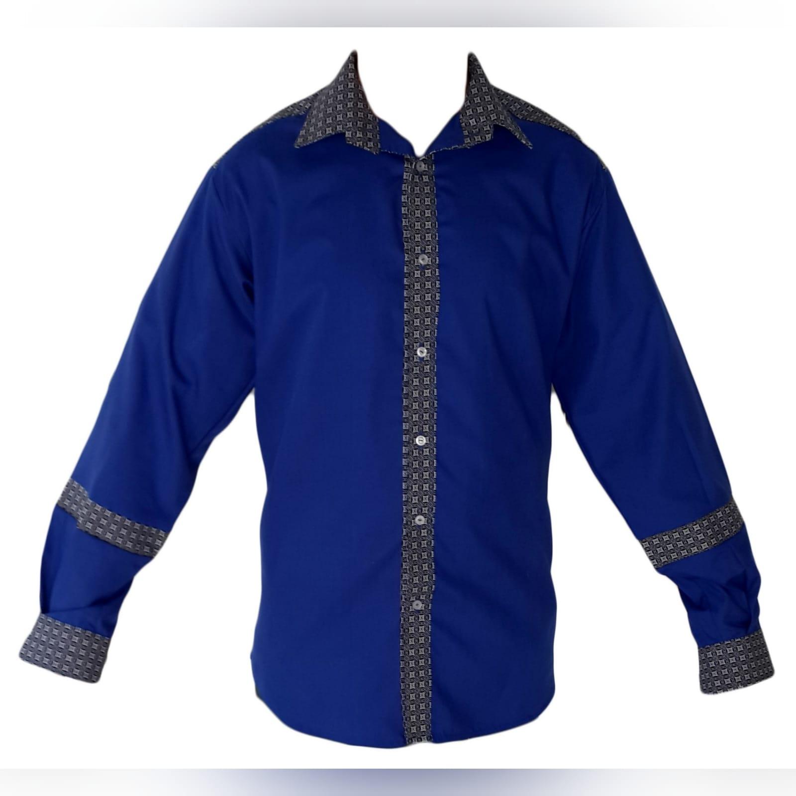 Camisa de homem tradicional com tecido africano 5 camisa de homem tradicional com detalhes de tecido africano shweshwe. Shweshwe foi usado nos punhos, gola, faixa de botões e parte superior das costas e shweshwe detalhando no antebraço.
