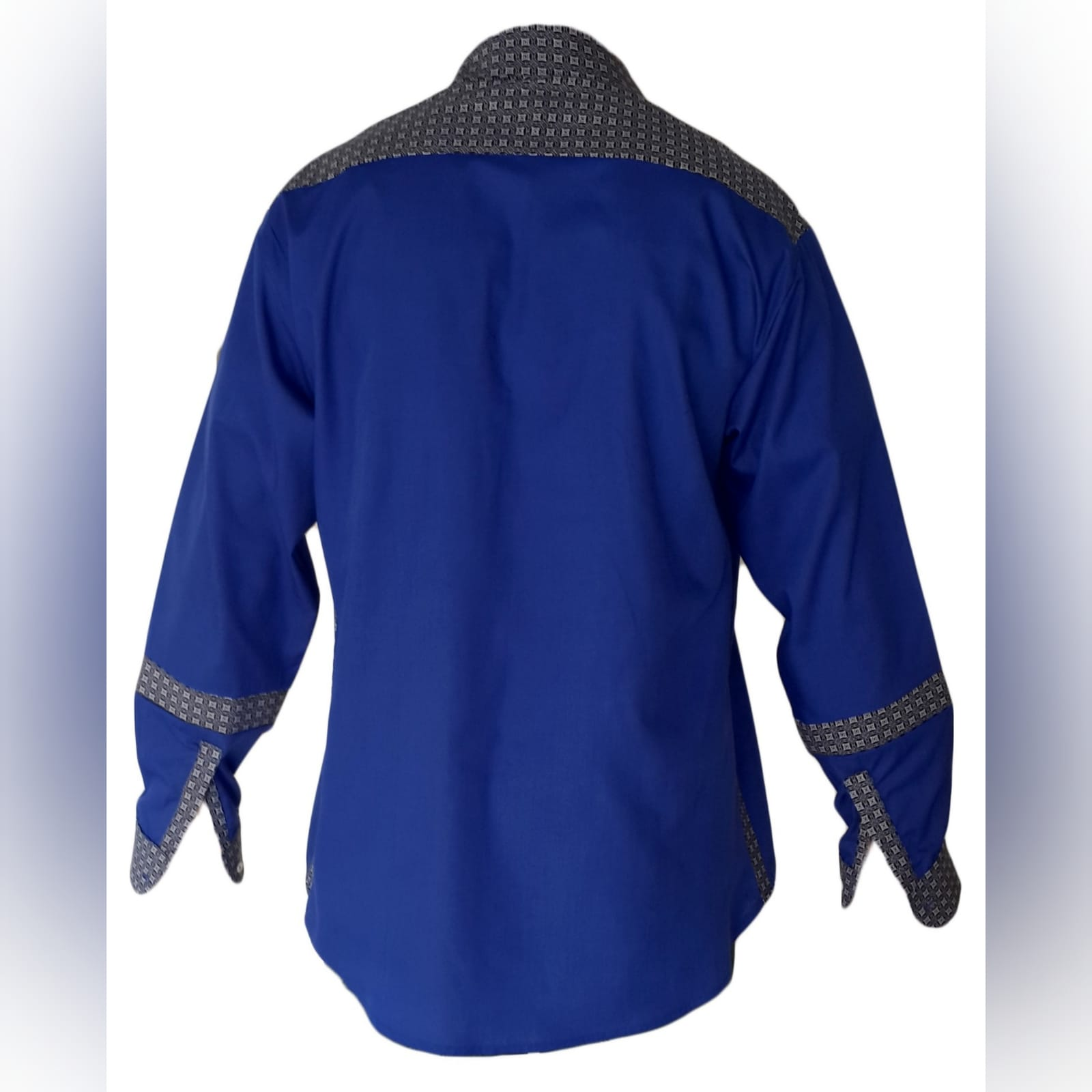 Camisa de homem tradicional com tecido africano 4 camisa de homem tradicional com detalhes de tecido africano shweshwe. Shweshwe foi usado nos punhos, gola, faixa de botões e parte superior das costas e shweshwe detalhando no antebraço.