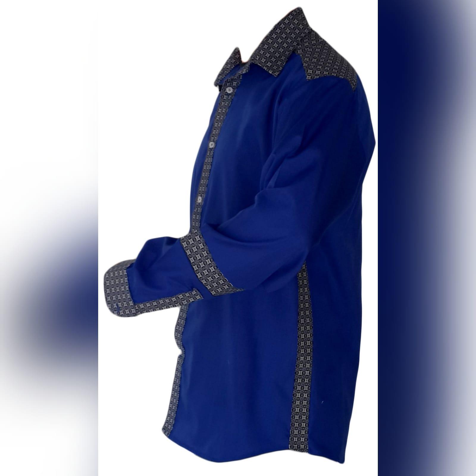Camisa de homem tradicional com tecido africano 1 camisa de homem tradicional com detalhes de tecido africano shweshwe. Shweshwe foi usado nos punhos, gola, faixa de botões e parte superior das costas e shweshwe detalhando no antebraço.