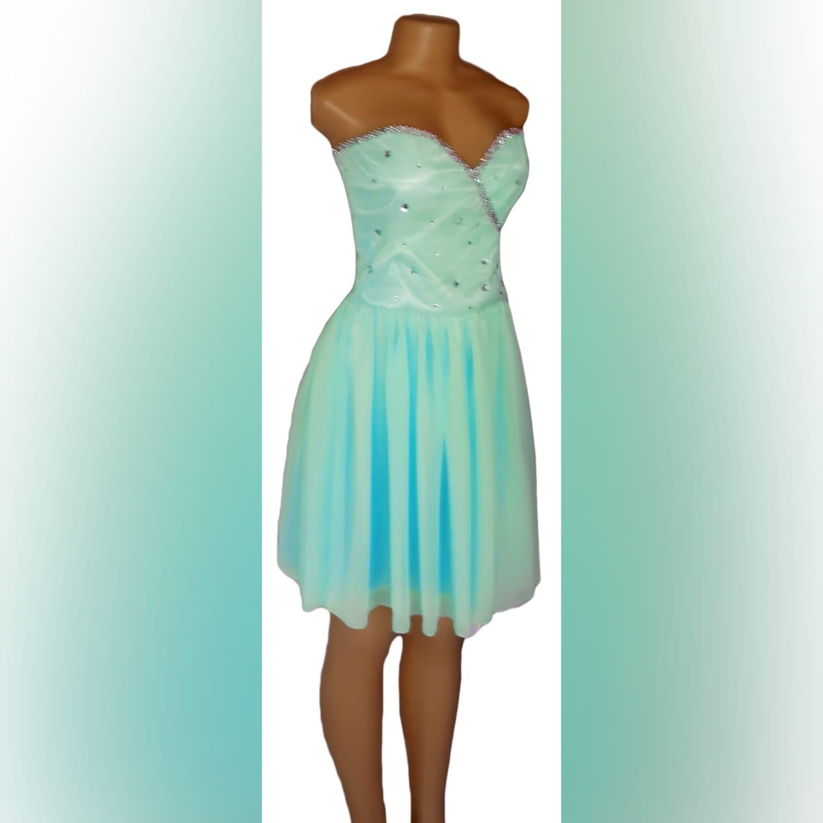 Vestido curto de finalistas cor verde menta 5 vestido curto de finalistas cor verde menta, sem ombros, com corpete decorado com pedras brilhantes cor prata. Com costas atadas.