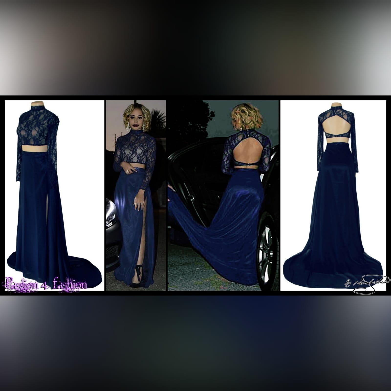 Vestido de finalistas azul marinho de 2 peças 3 vestido de finalistas azul marinho de 2 peças de renda. Com mangas longas de renda translucida e saia traseira aberta fluida com alta racha e uma cauda.