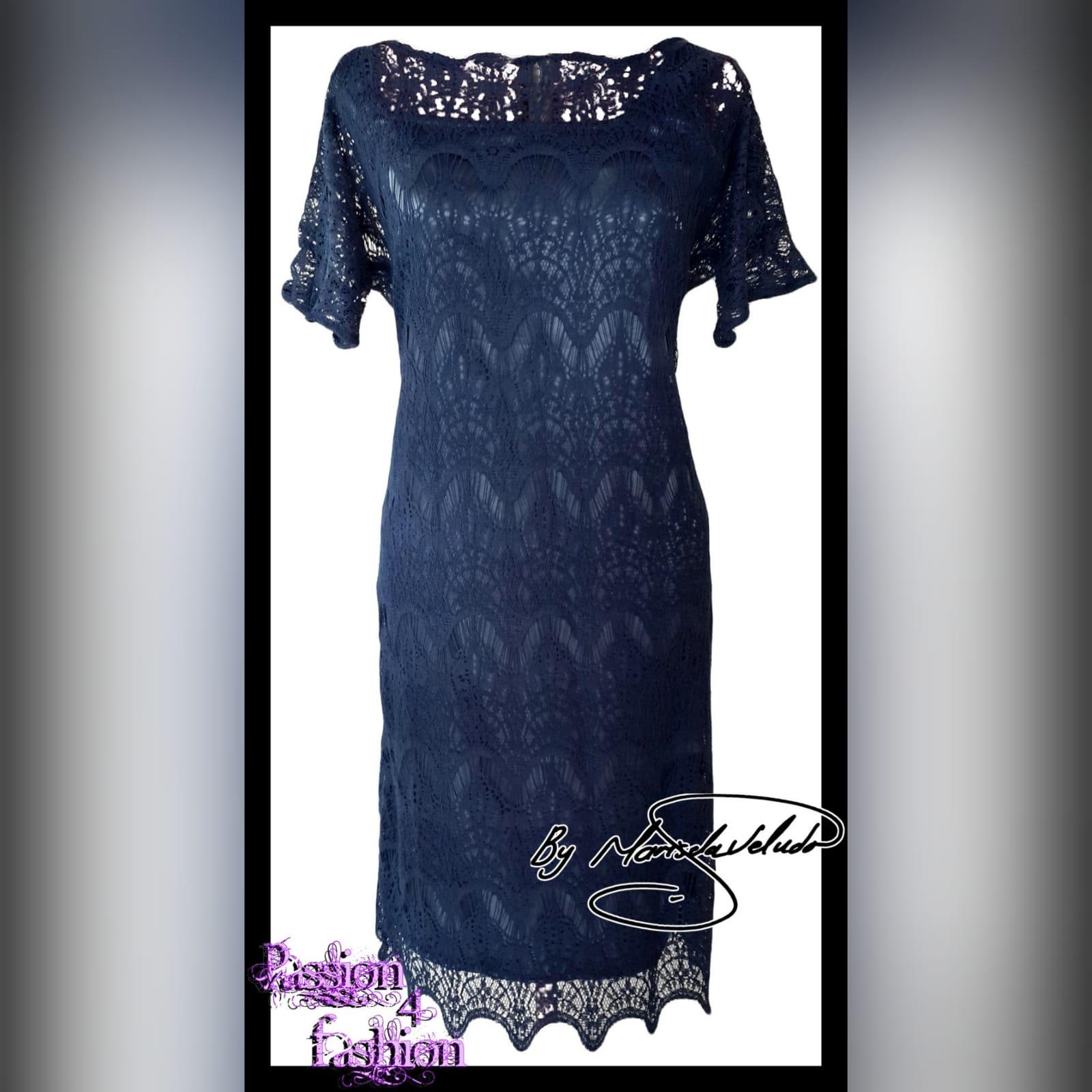 Vestido curto de ceremonia azul marinho 1 vestido curto de ceremonia azul marinho, totalmente de renda com uma bainha de vieira e mangas curtas de renda
