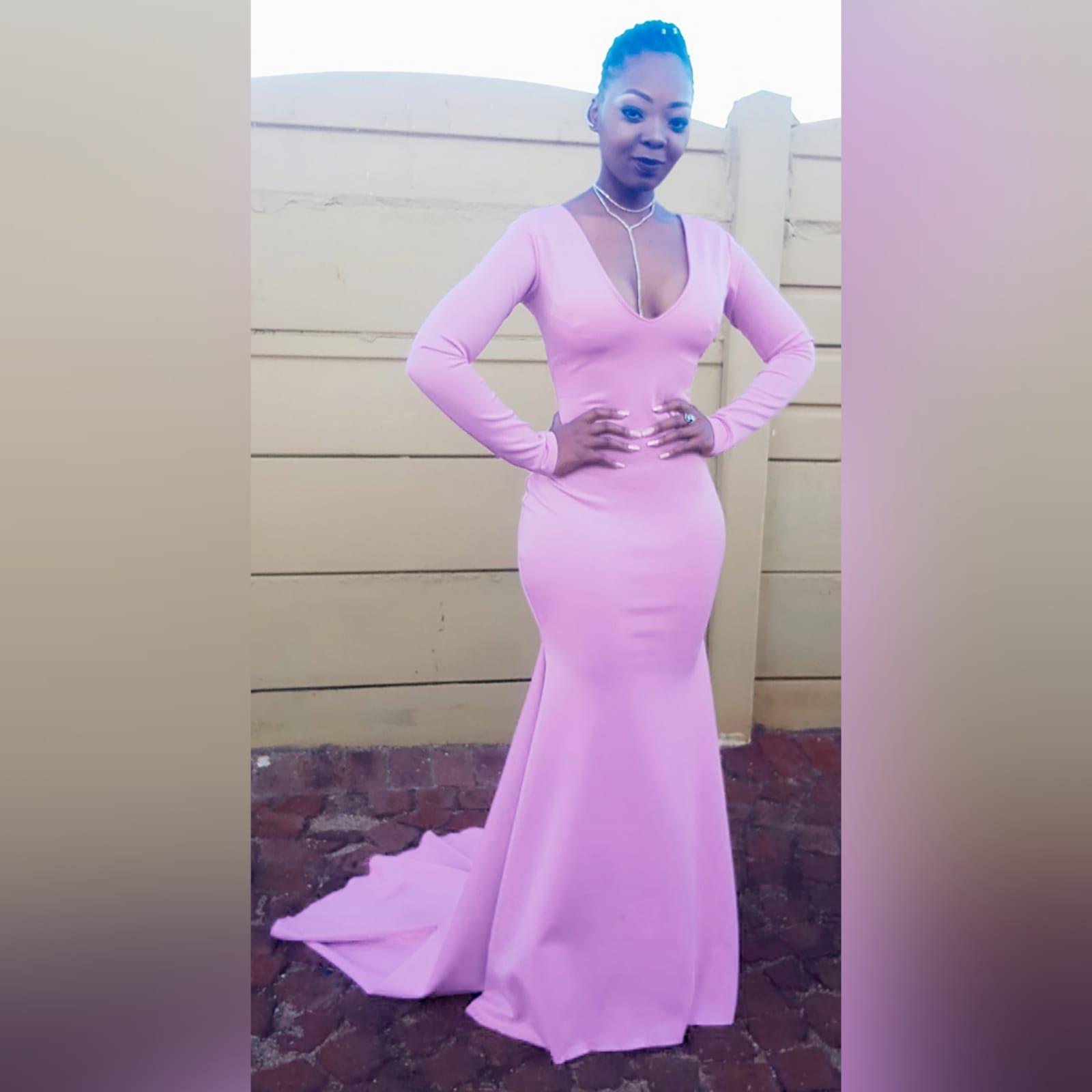 Vestido de finalistas com decote em V sereia rosa suave Marisela Veludo