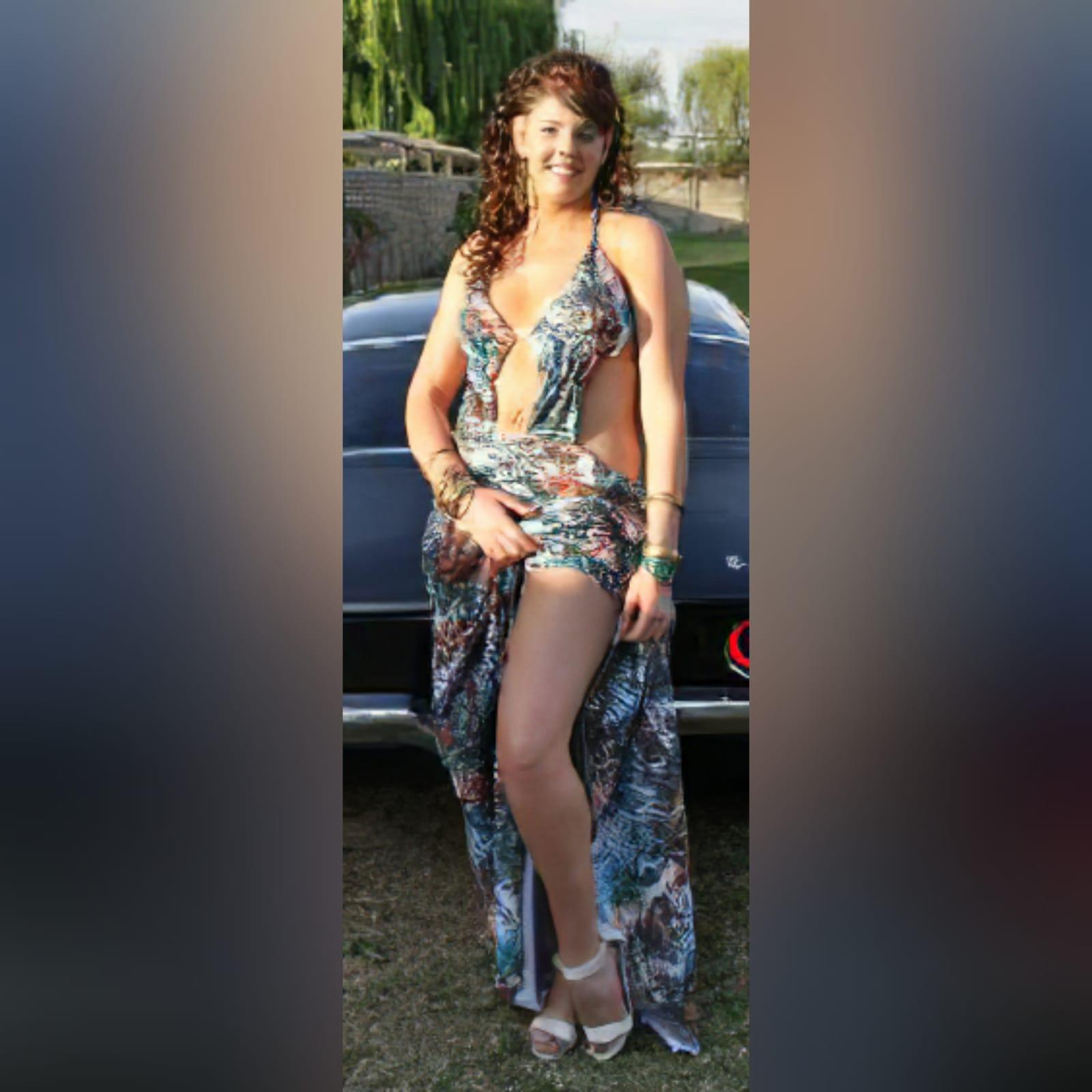 Vestido de finalistas estampado sexy 1 vestido de finalistas estampado sexy, decote profundo com as costas nuas e uma cauda