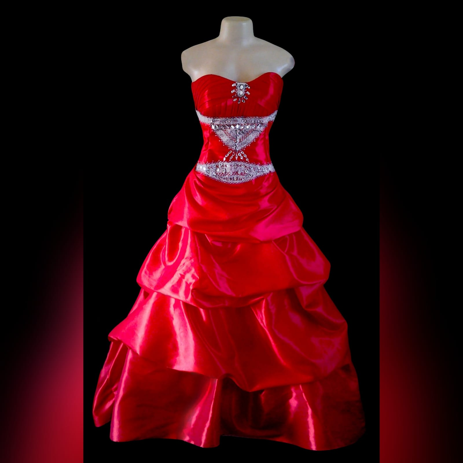 Vestido princesa de finalistas vermelho 3 vestido princesa de finalistas vermelho sem ombros com um corpete plissado detalhado com enfeitos de prata