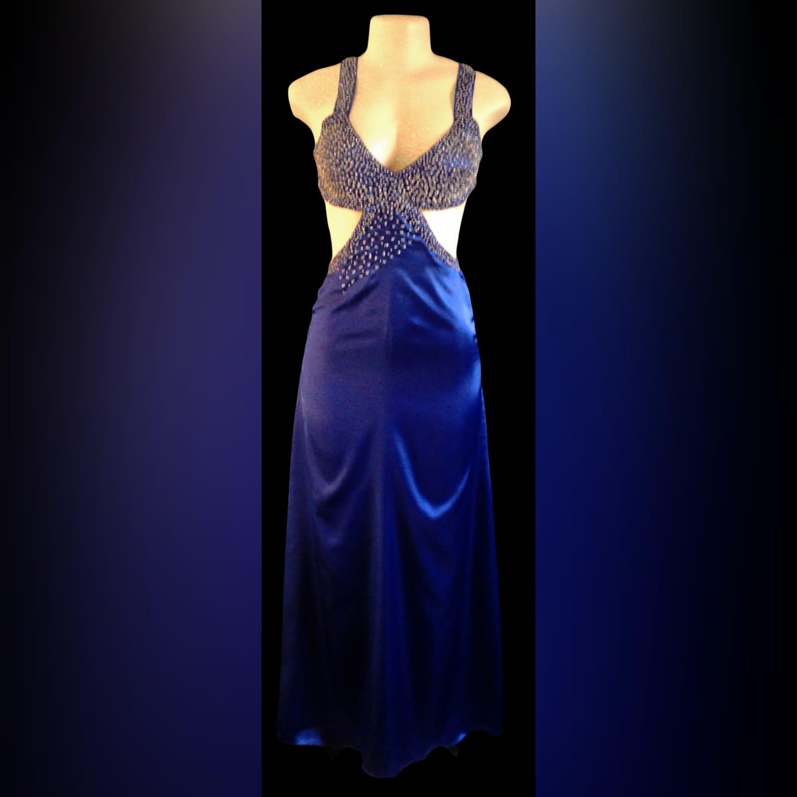 Vestido de finalistas sexy azul roial 4 vestido de finalistas sexy azul roial com as costas abertas. Corpete com pedras espalhadas. Aberturas abdominais laterais com uma cauda.
