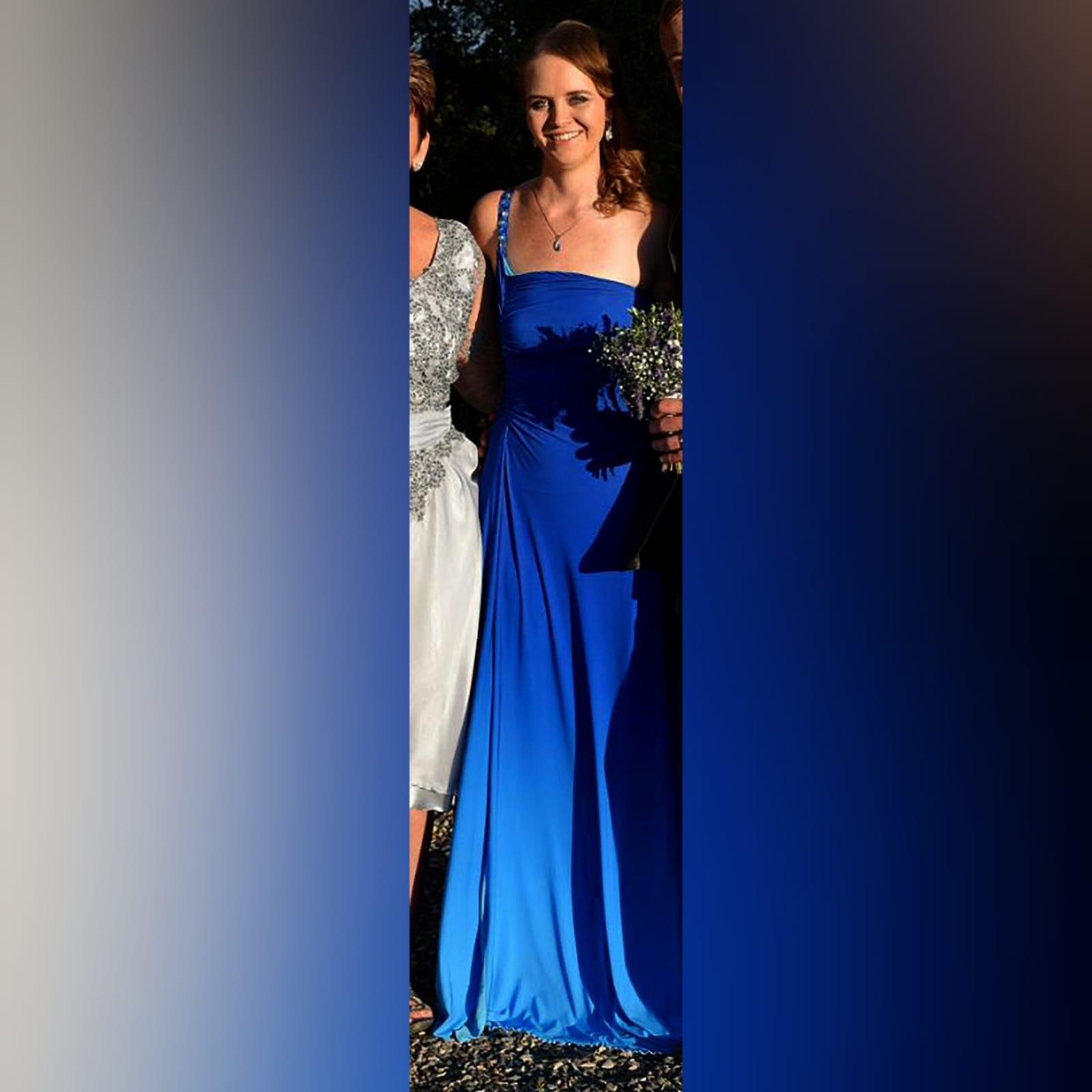 Vestido de dama de honra em sombra de azul 1 vestido de dama de honra em sombra de azul, com um único ombro com talões