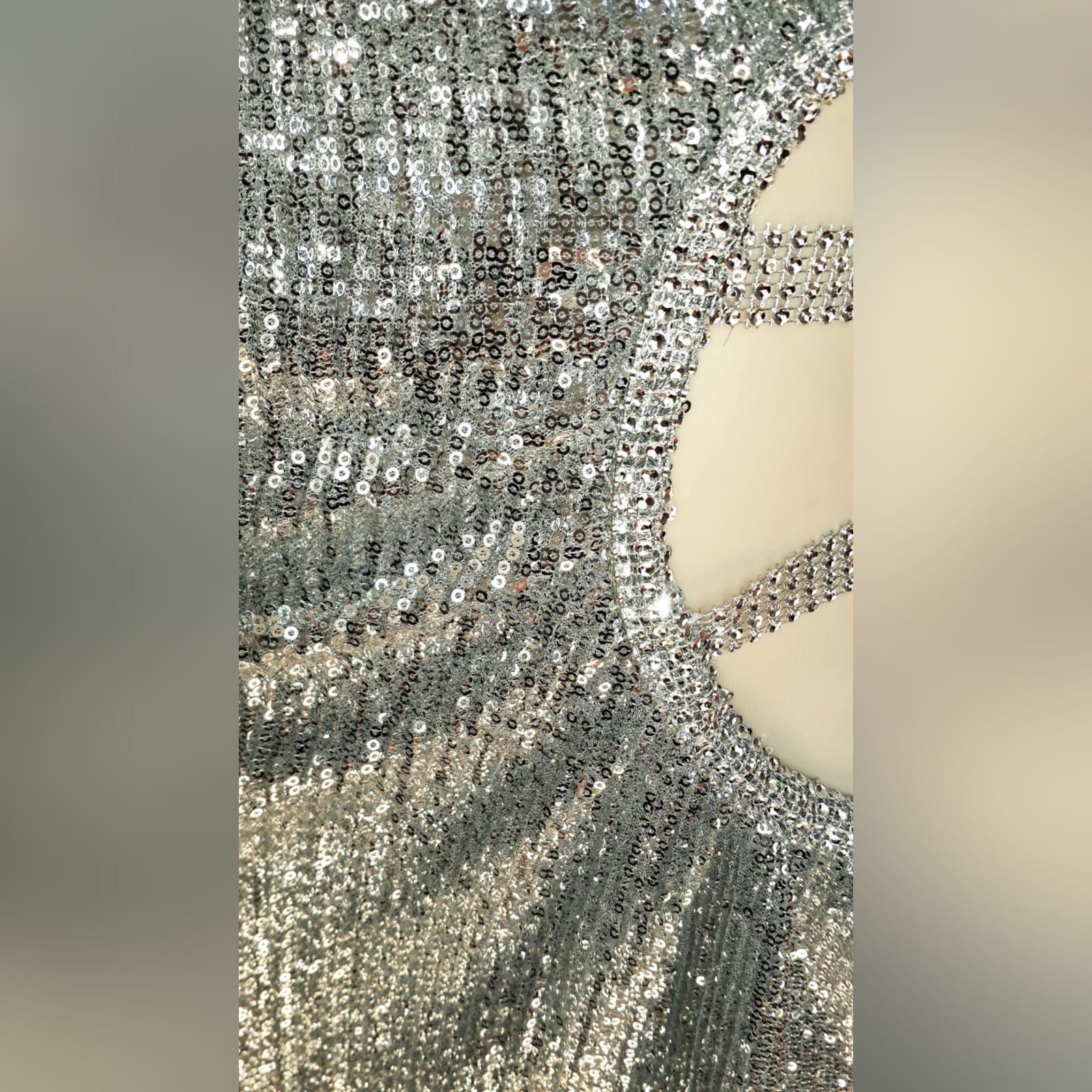 Vestido de festa fim do ano sexy de lantejoulas prateadas 3 vestido de festa fim do ano sexy de lantejoulas prateadas, com barriga lateral e abertura nas costas detalhadas com tiras, e uma manga.