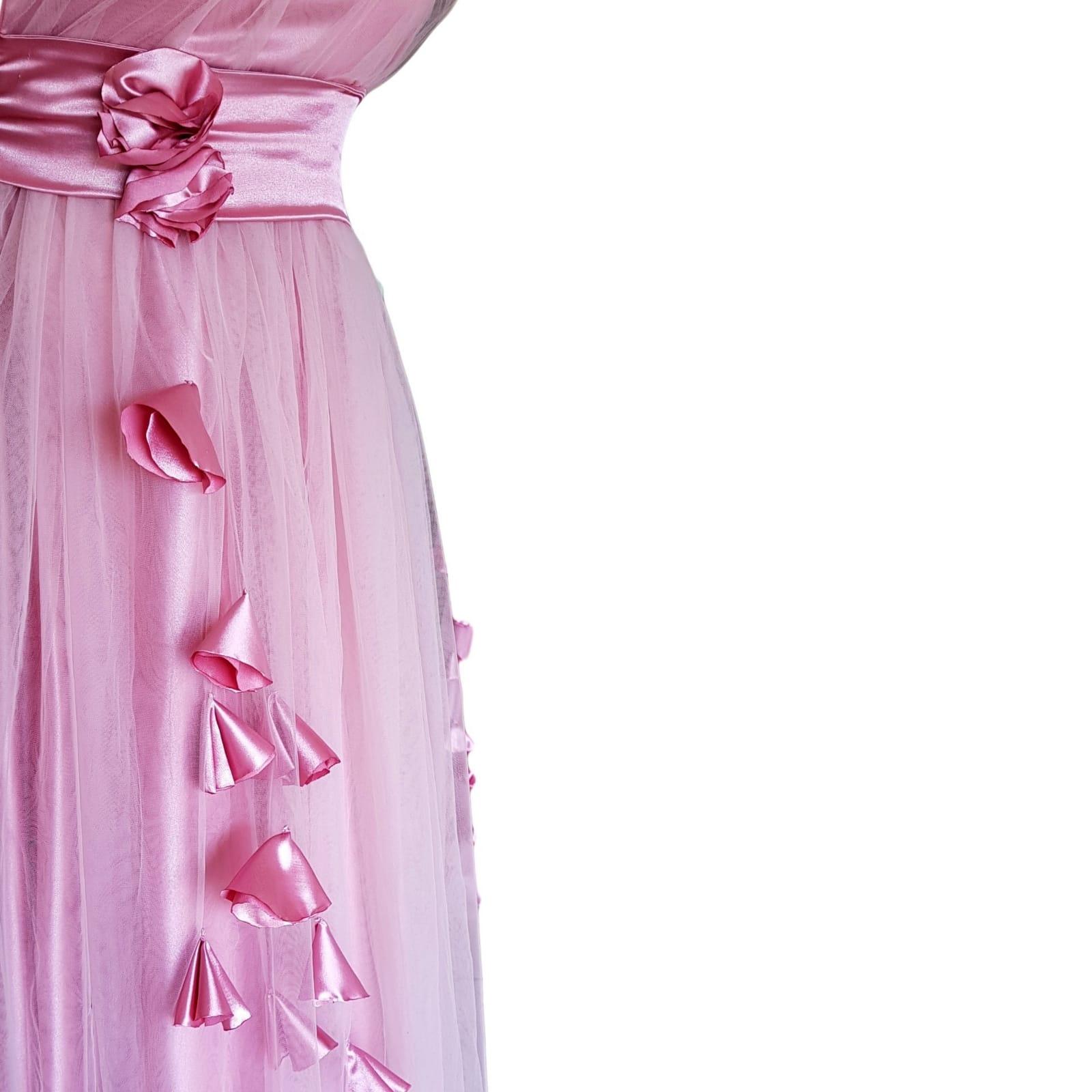 Vestido de dama de honra cor de rosa longo 3 vestido de dama de honra longo, cor rosa de tule com um unico ombro , corpete reunido, cinto de cetim , detalhado com rosas e pétalas.