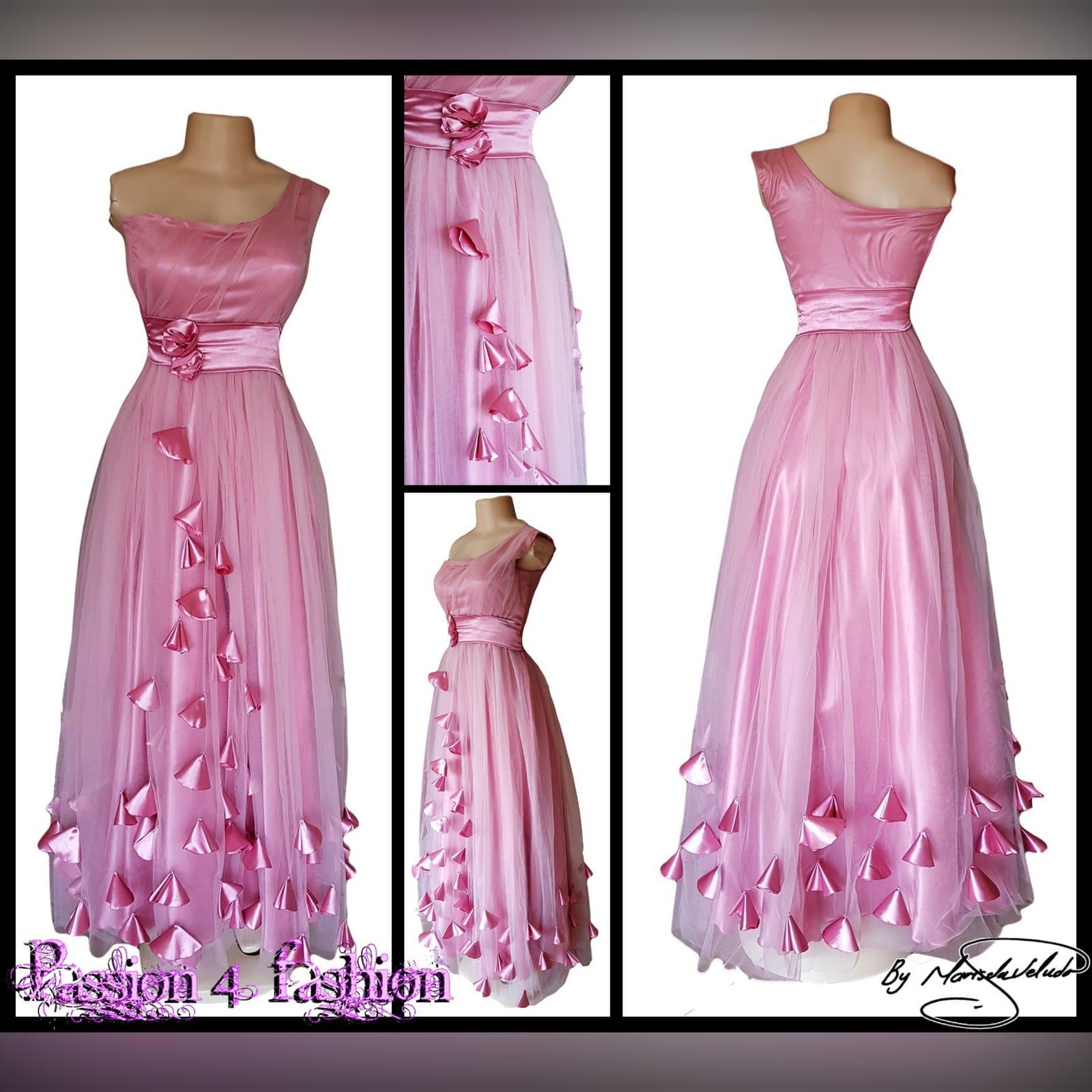 Vestido de dama de honra cor de rosa longo 7 vestido de dama de honra longo, cor rosa de tule com um unico ombro , corpete reunido, cinto de cetim , detalhado com rosas e pétalas.