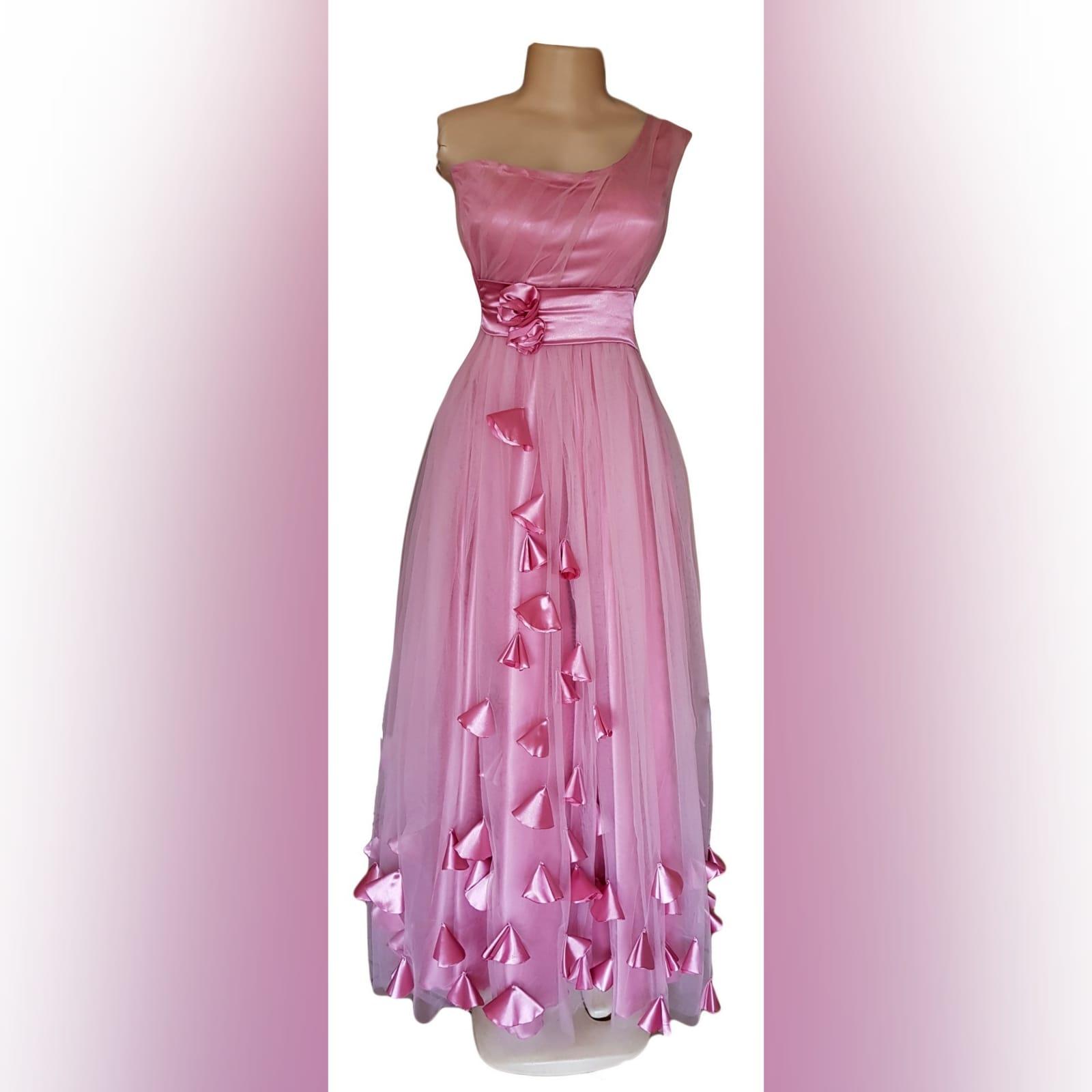 Vestido de dama de honra cor de rosa longo 5 vestido de dama de honra longo, cor rosa de tule com um unico ombro , corpete reunido, cinto de cetim , detalhado com rosas e pétalas.